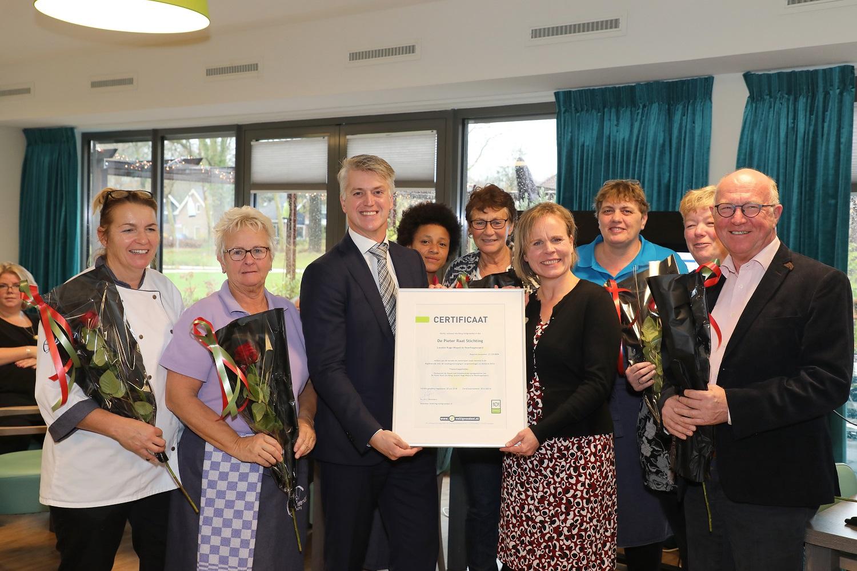 Gert-Jan Hemmers overhandigt het certificaat van Stichting Veiligvoedsel.nl aan Gabriele Kasten, bestuurder van De Pieter Raat Stichting. (Foto: Lucien Kroon)