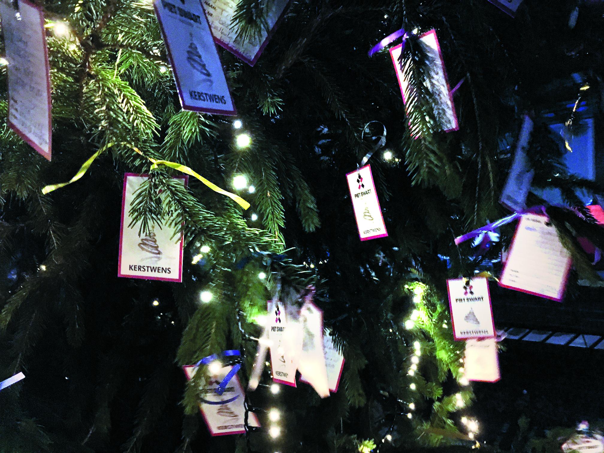 Schrijf een wenskaart voor in de Wensboom in de Bagijnhof. En wie weet wordt een bekende verrast. (Foto: aangeleverd)