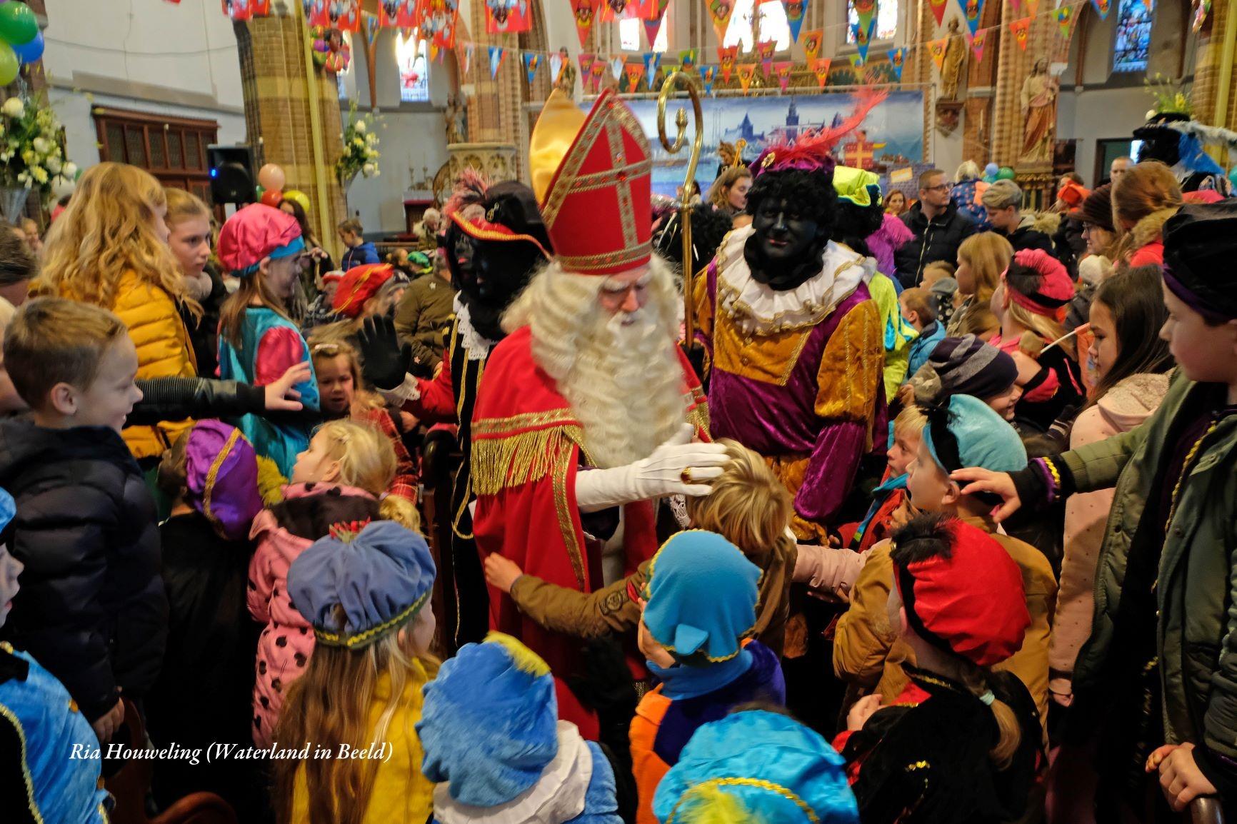 Traditiegetrouw wordt Sinterklaas uitgezwaaid vanuit Monnickendam. (Foto: Ria Houweling-Bouwman)