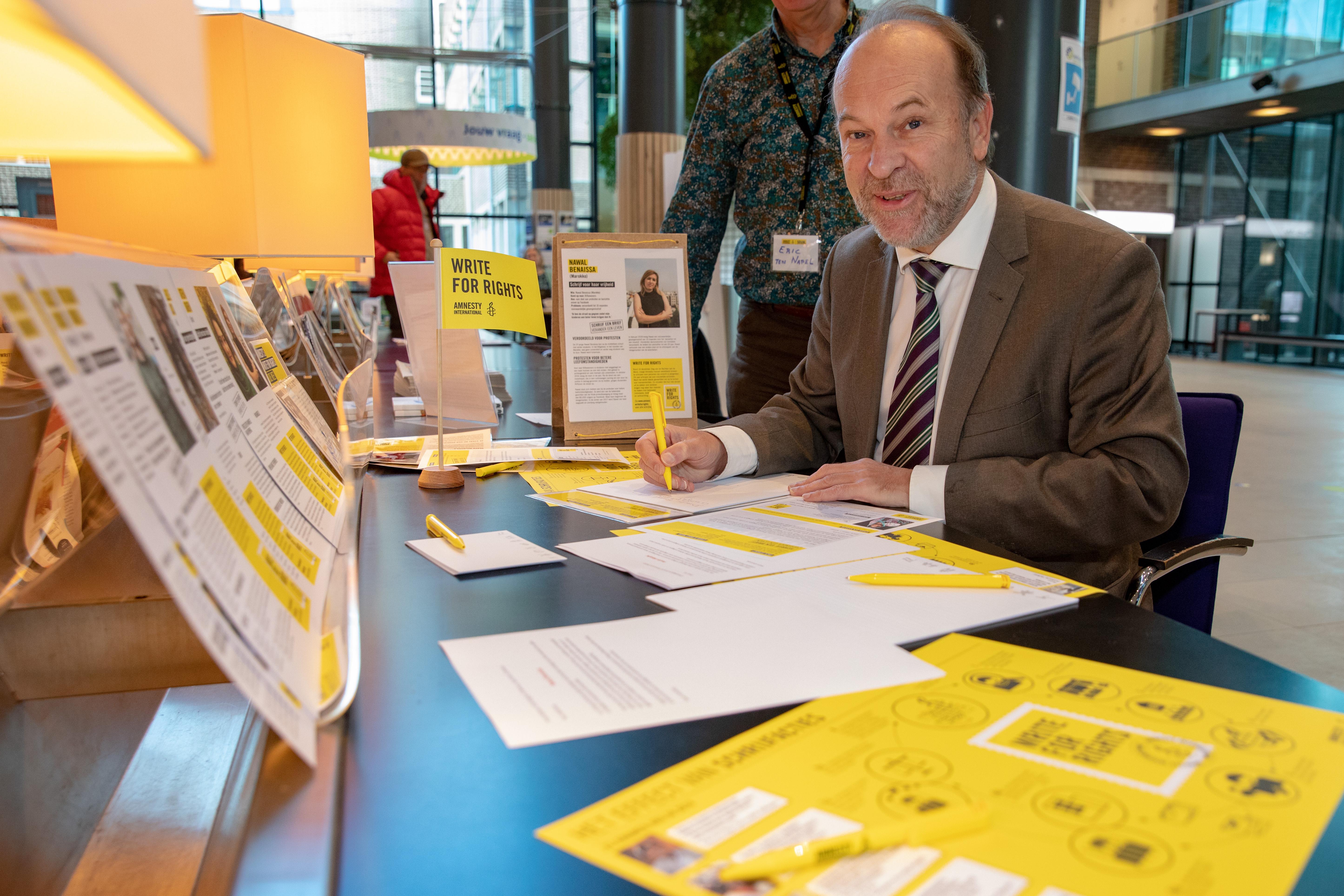 Burgemeester Bert Blase draagt zijn steentje bij voor de mensenrechten. (Foto: Vincent de Vries/ Rodi Media)