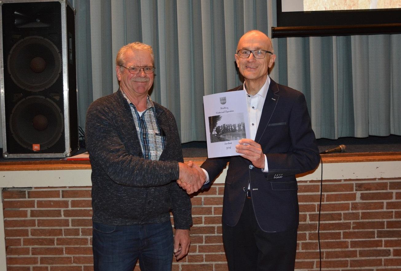 Voorzitter van de Historische Vereniging Opperdoes, Jan Smit, en Arend Kok. (Foto: Willem Zwier)