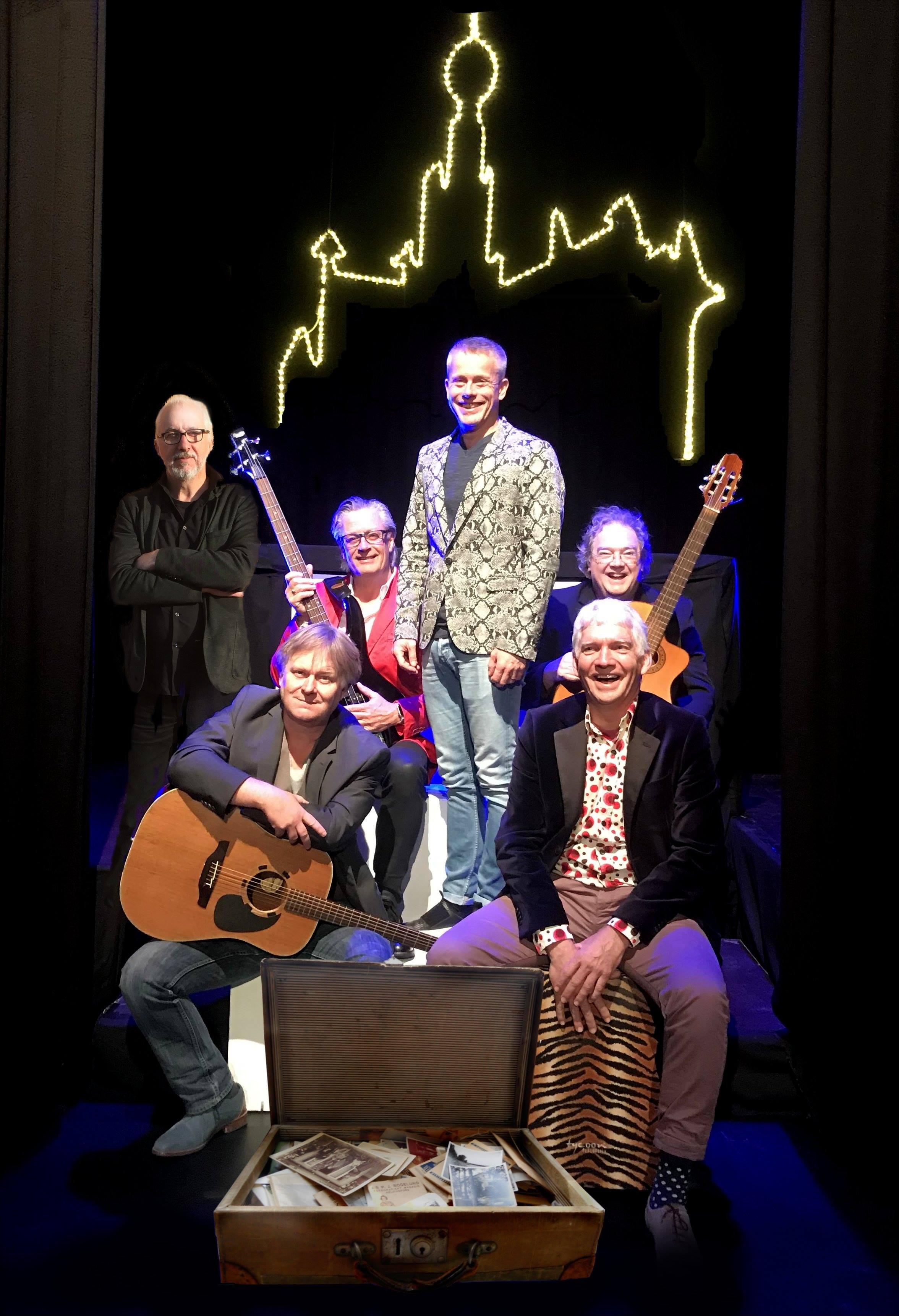 De heren van De Reizigers (met de klok mee van links (staand) Fons Stam, Alain Timmers, Jos Ahlers, Henk Tijbosch, Maarten Brock en Eric Coolen)