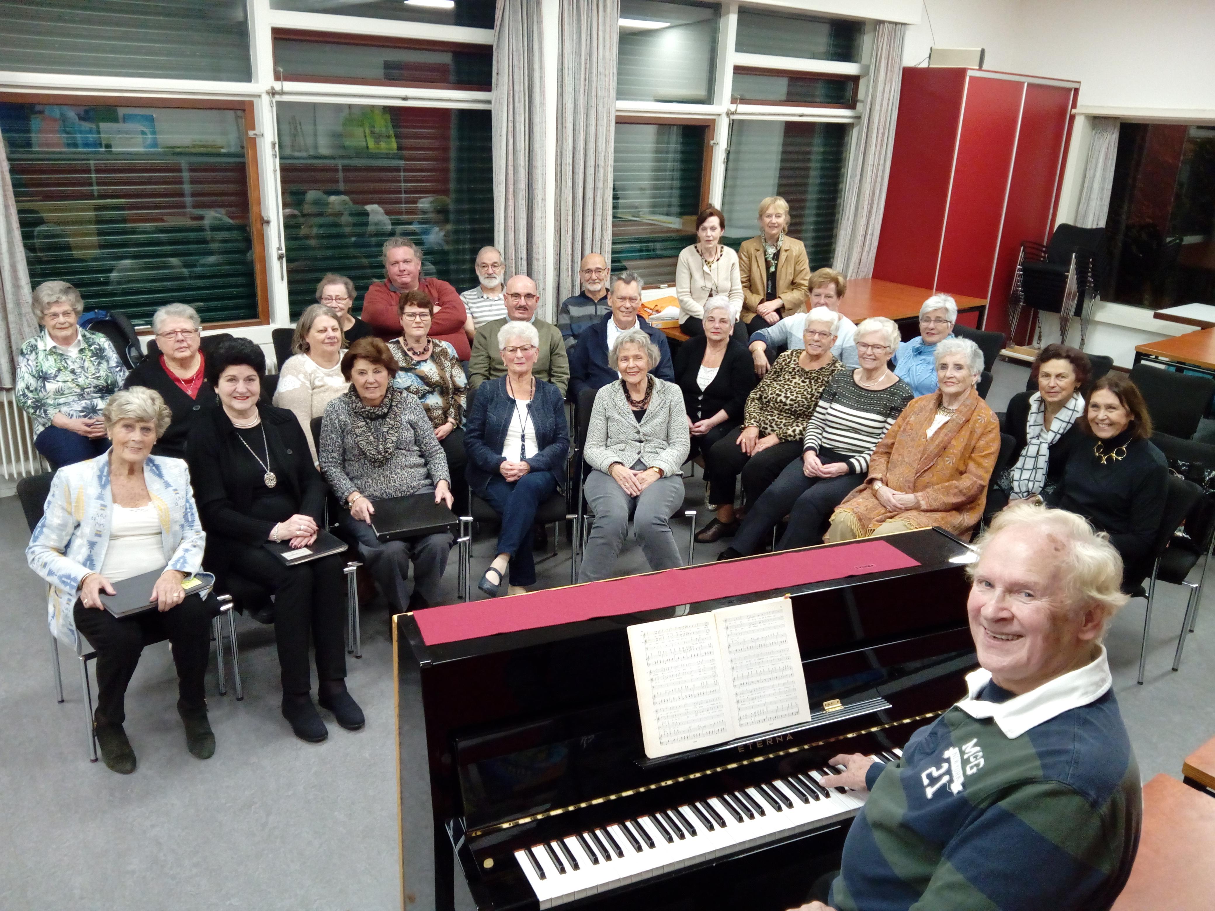 De koorleden repeteren wekelijks onder leiding van Piet de Reuver in paviljoen Westerhout. (FOTO: BOS MEDIA SERVICES)