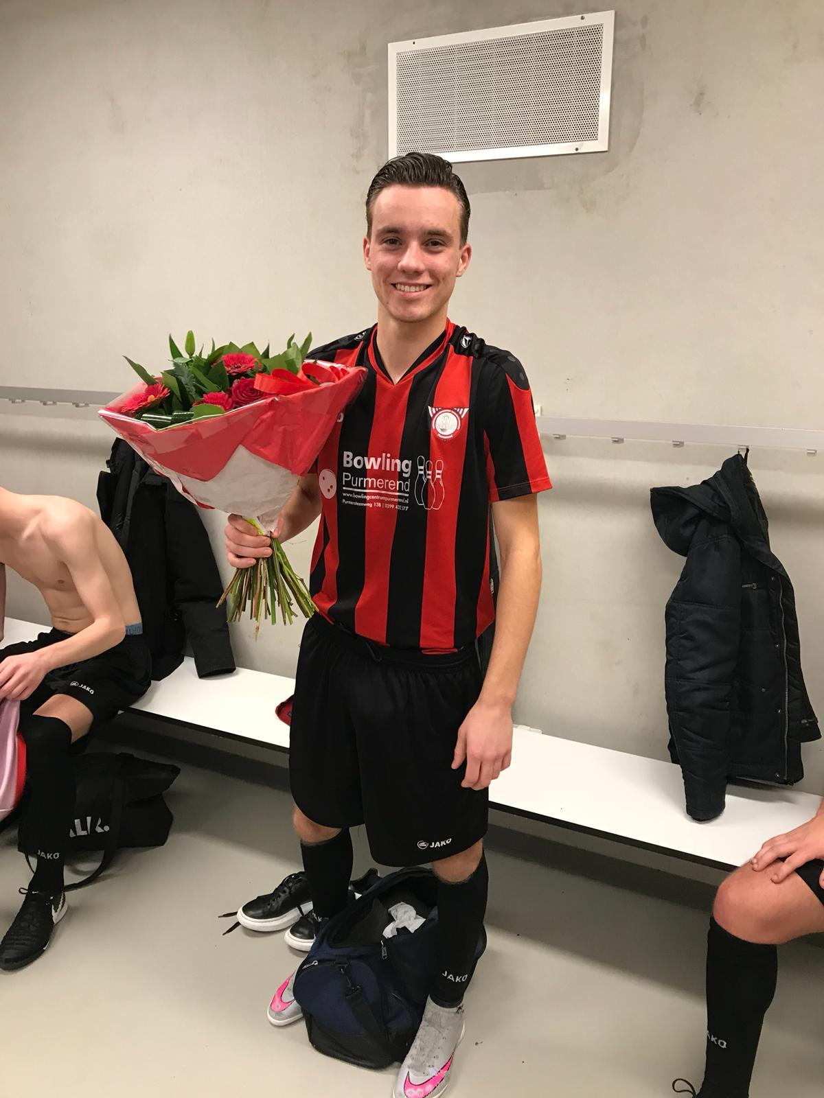 Vincenzo Schep werd uitgeroepen tot man of the match en ontving na afloop bloemen. (Foto: aangeleverd)
