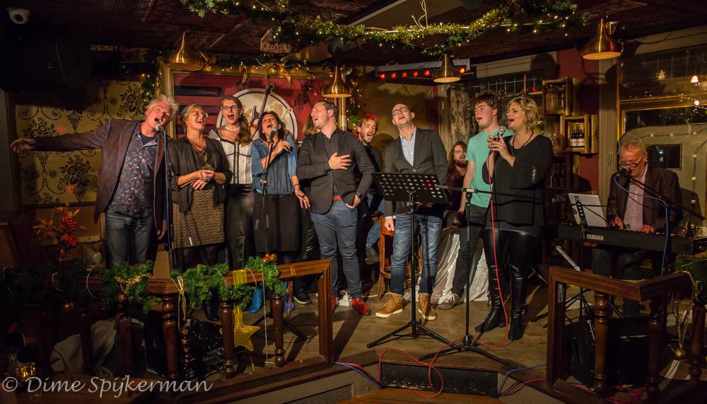 Het team van zangers en zangeressen van Café Chantant. (Foto: Dime Spijkerman)
