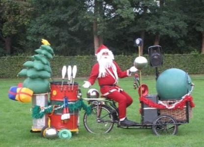 Op verschillende plaatsen in de Westerstraat kunnen bezoekers genieten van live optredens van diverse kerstacts. (Foto: aangeleverd)