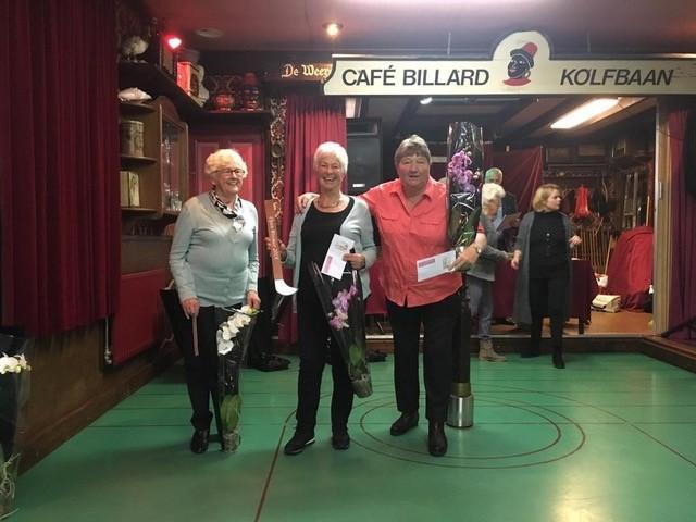 Blije winnaars tijdens 29e Open Wormer Kolfkampioenschappen met v.l.n.r. Vera Plas (tweede plaats), Elly v/d Nes (eerste plaats) en Luus Berga (derrde plaats). (Foto: Kolfbond)