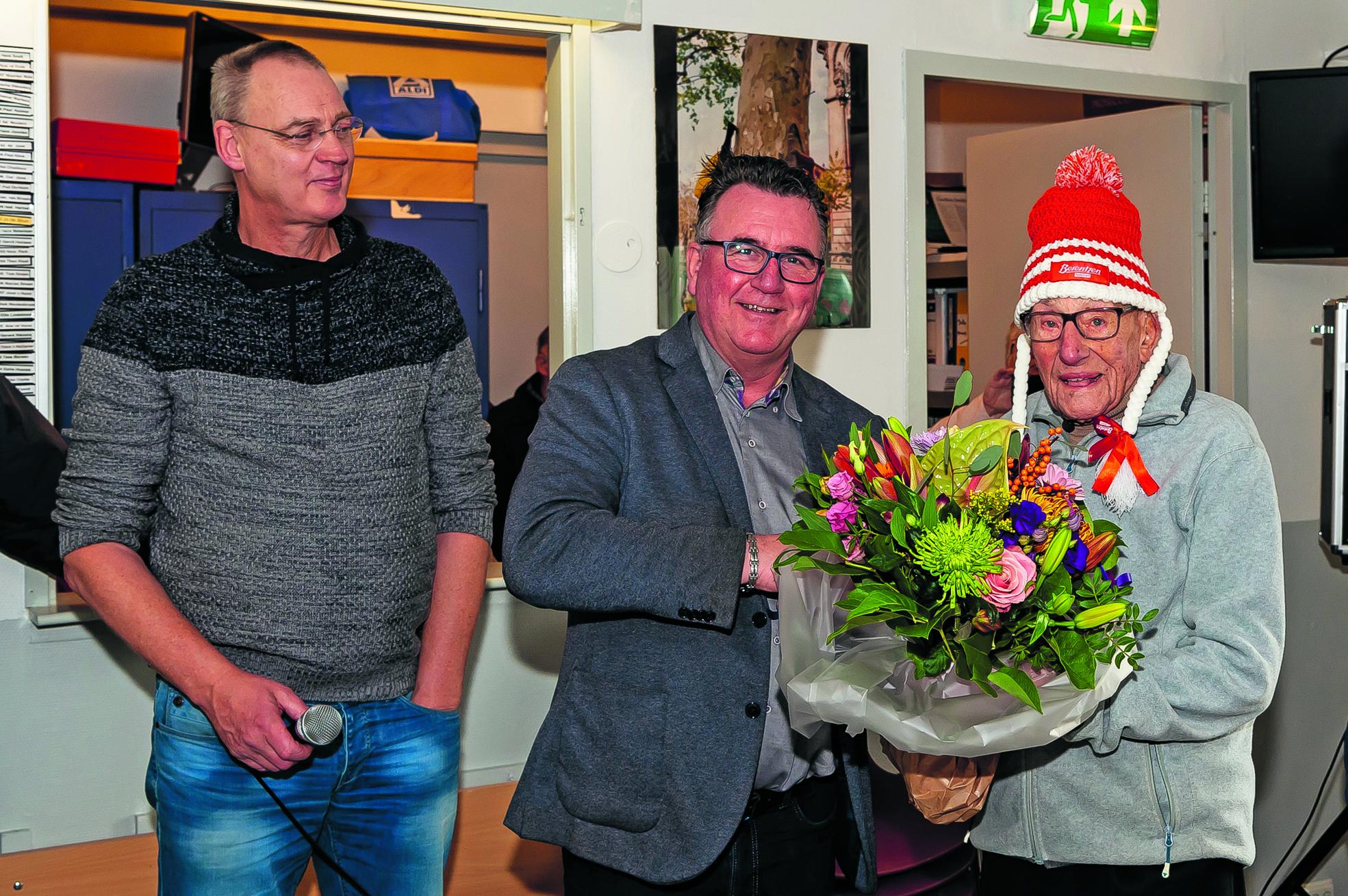 Jo de Bruin werd met een oldtimer uit zijn geboortejaar vervoerd en na afloop van de rijtoer als eerste begroet door wethouder Mariio Hegger. (Foto: Han Giskes) rodi.nl © rodi