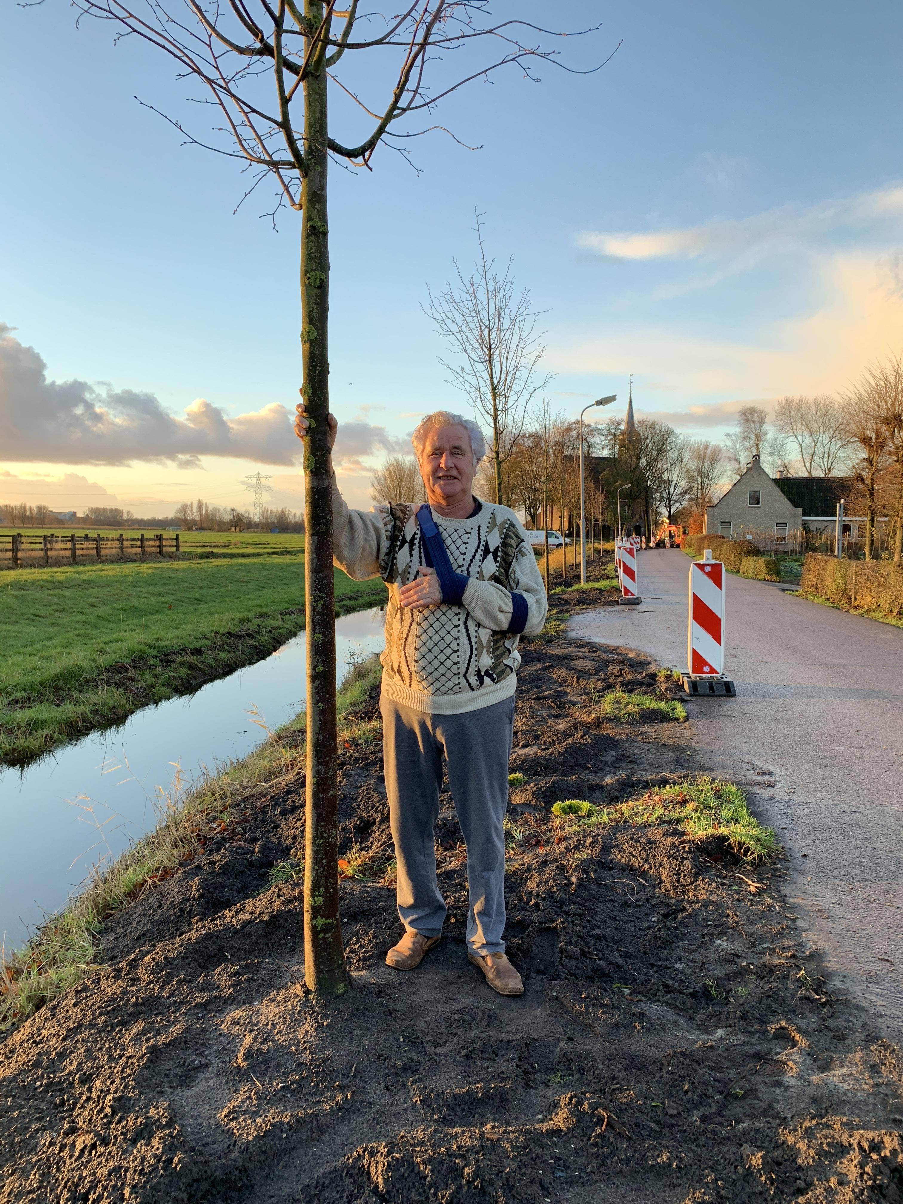 Jan Wouda bij een pas geplante lindeboom. (Foto: Yvette van der Does/Rodi Media)