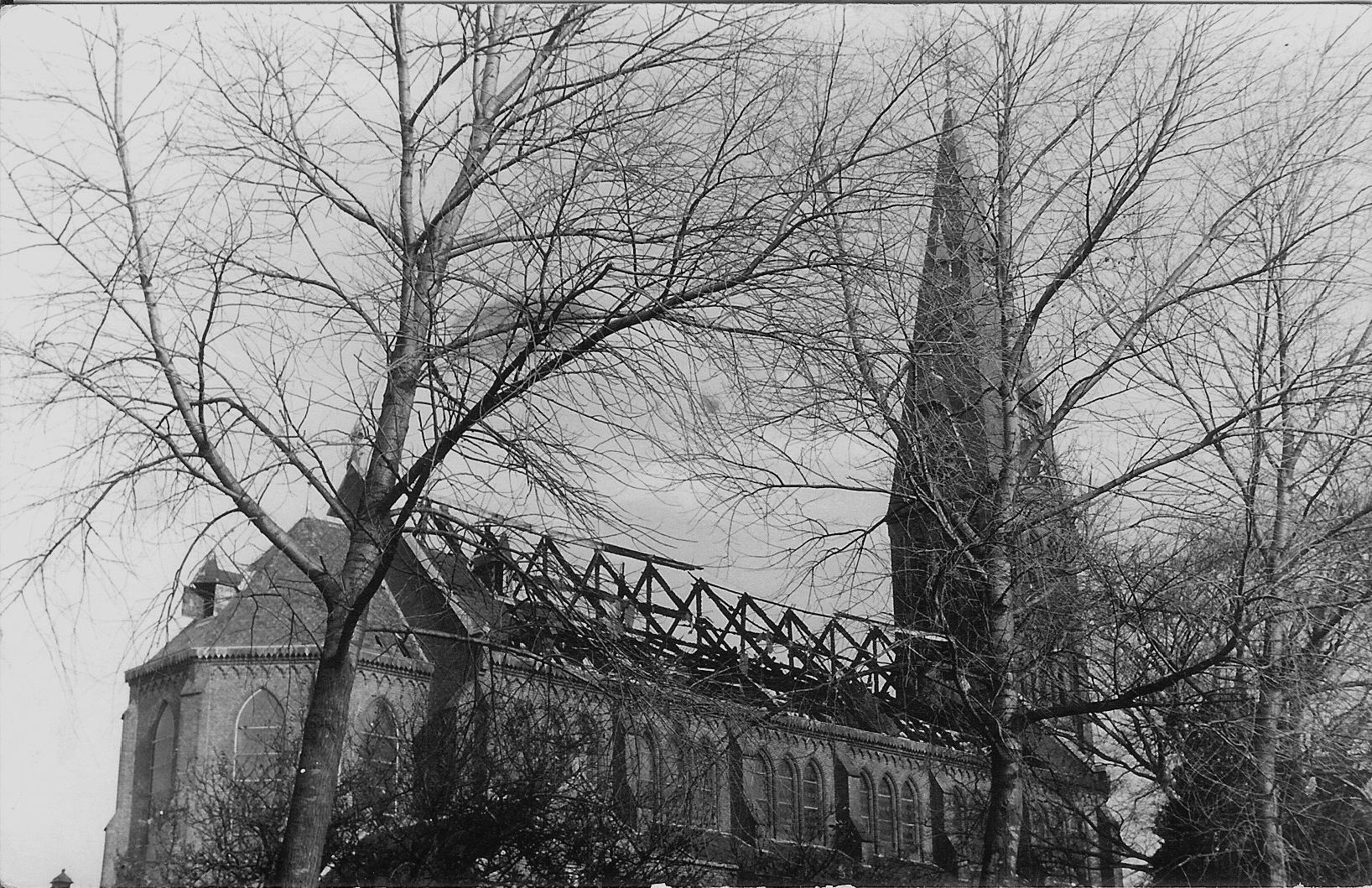 De grote brand van de St. Lambertuskerk in 1963 is te lezen in het zesde boekje van Historisch De Weere. (Foto: aangeleverd)