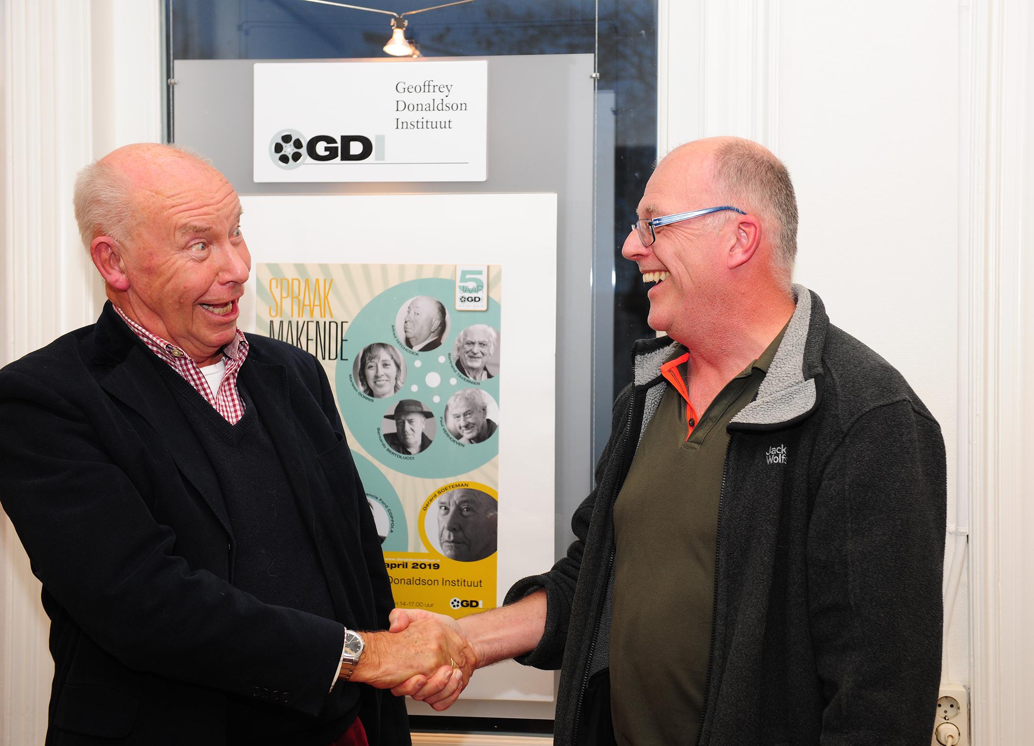 Regisseur en scenarioschrijver Gerard Soeteman feliciteert Egbert Barten met eerste lustrum.(Foto: Richard de Jong)