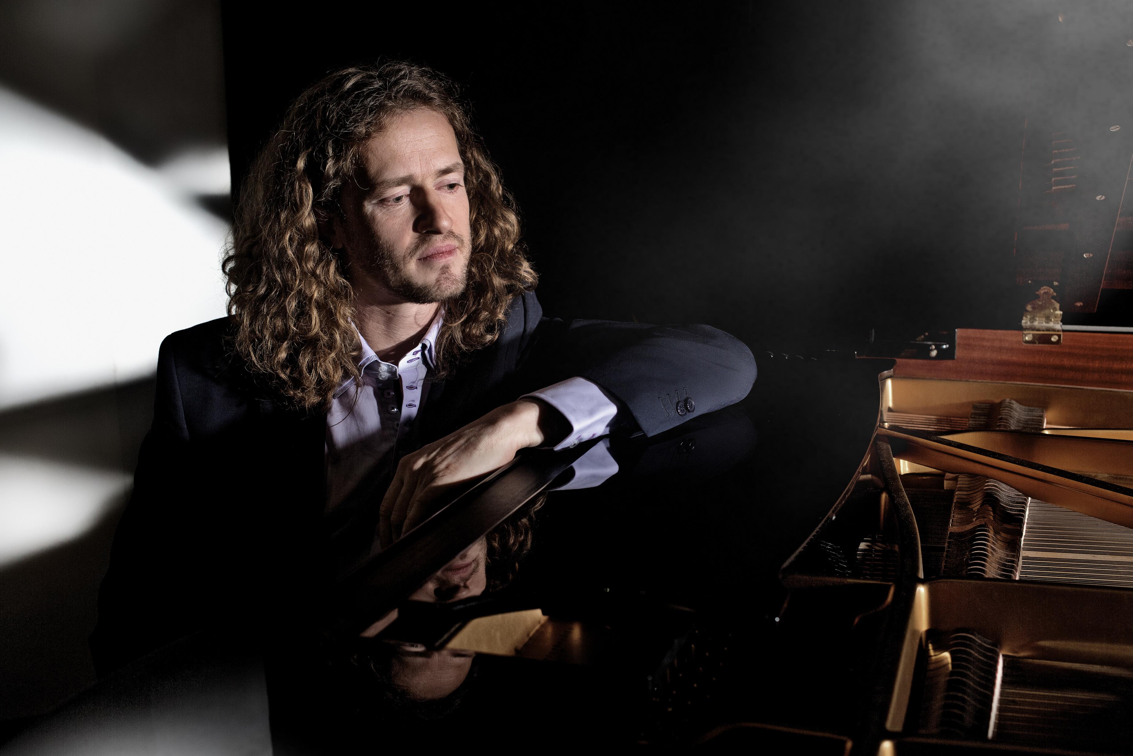 Roon Staal begeleidt zichzelf vanachter de piano. (Foto: Max Smolin)