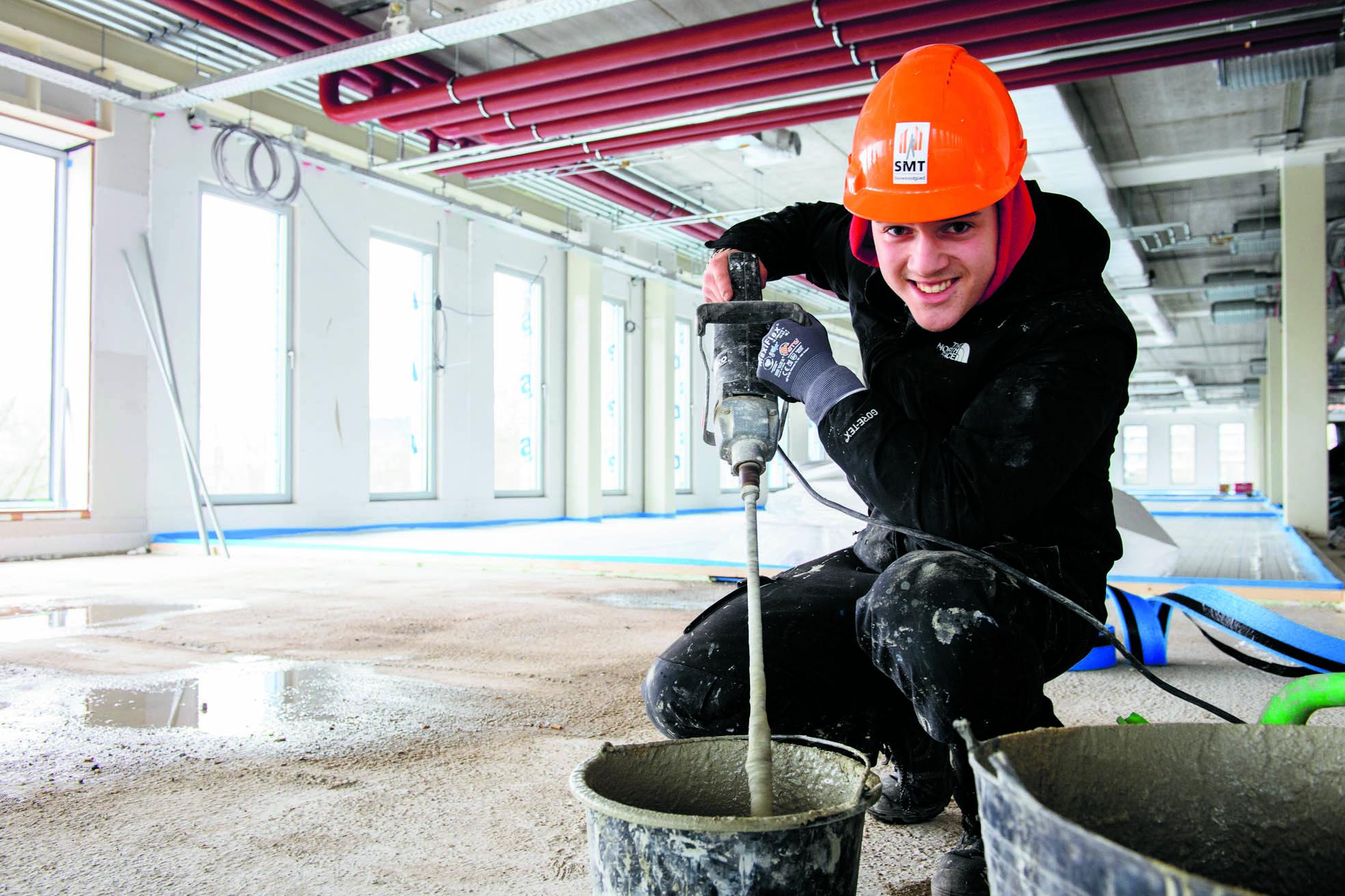 Donny bezig met het maken van cement. (Foto: Mike Bink)