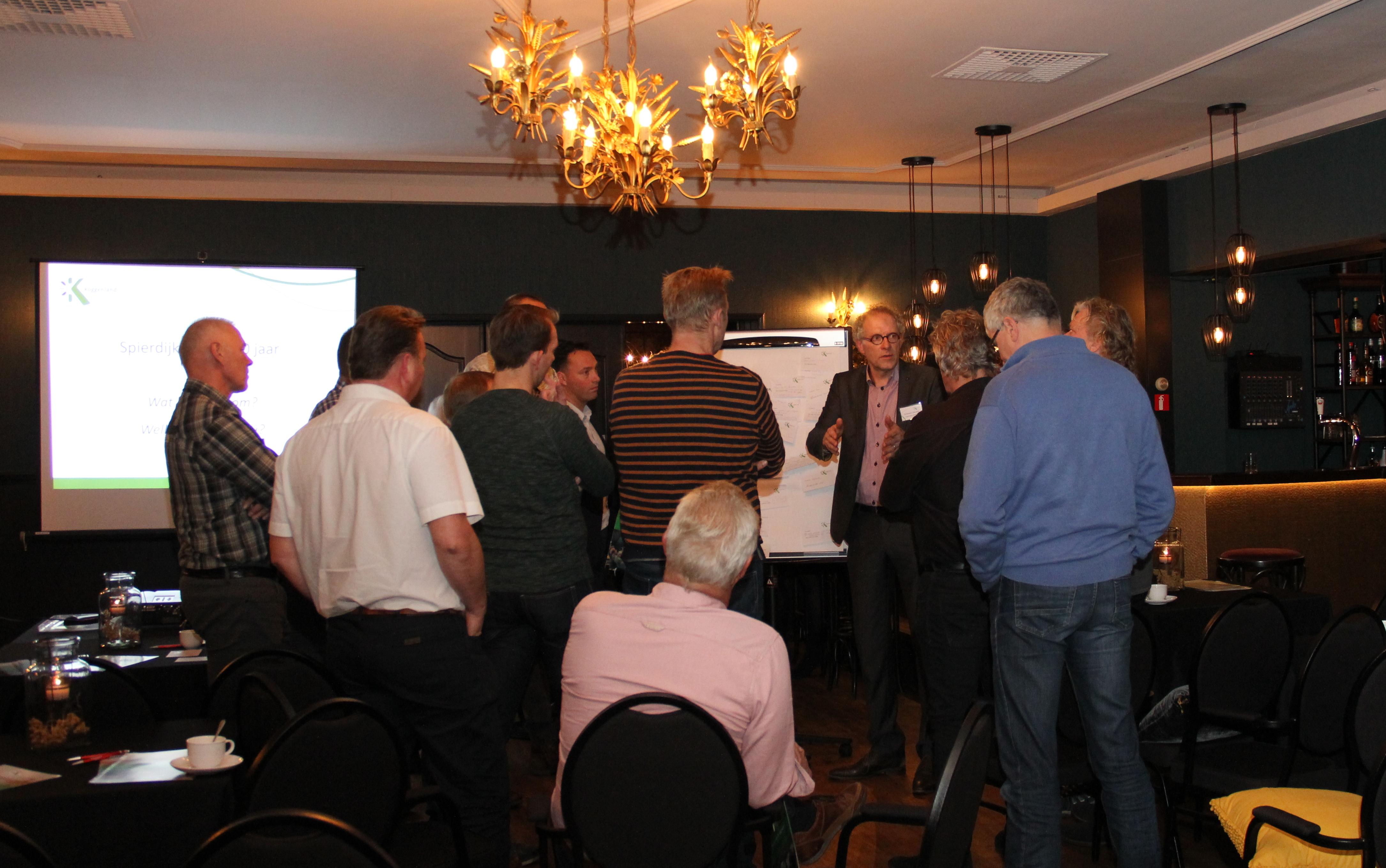 Een aantal aanwezige inwoners van Spierdijk in gesprek met gemeentesecretaris Answerd Beuker. (Foto: gemeente Koggenland)