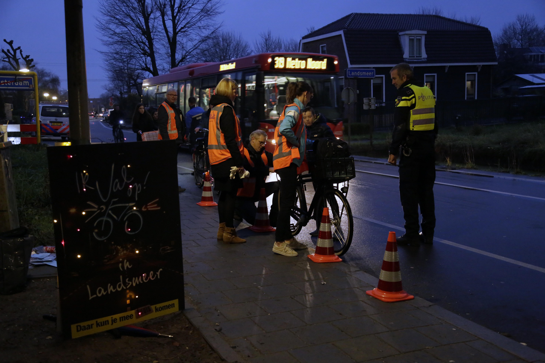 Betrokkenen bij de fietsverlichtingsactie in actie. (Foto: Ria de Boer)
