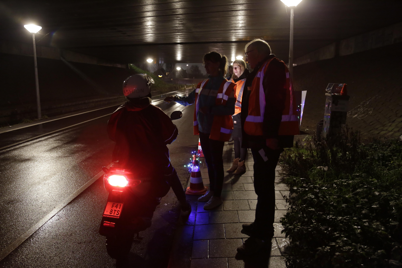 Betrokkenen bij de fietsverlichtingsactie in actie. (Foto: Ria de Boer)  rodi.nl © rodi