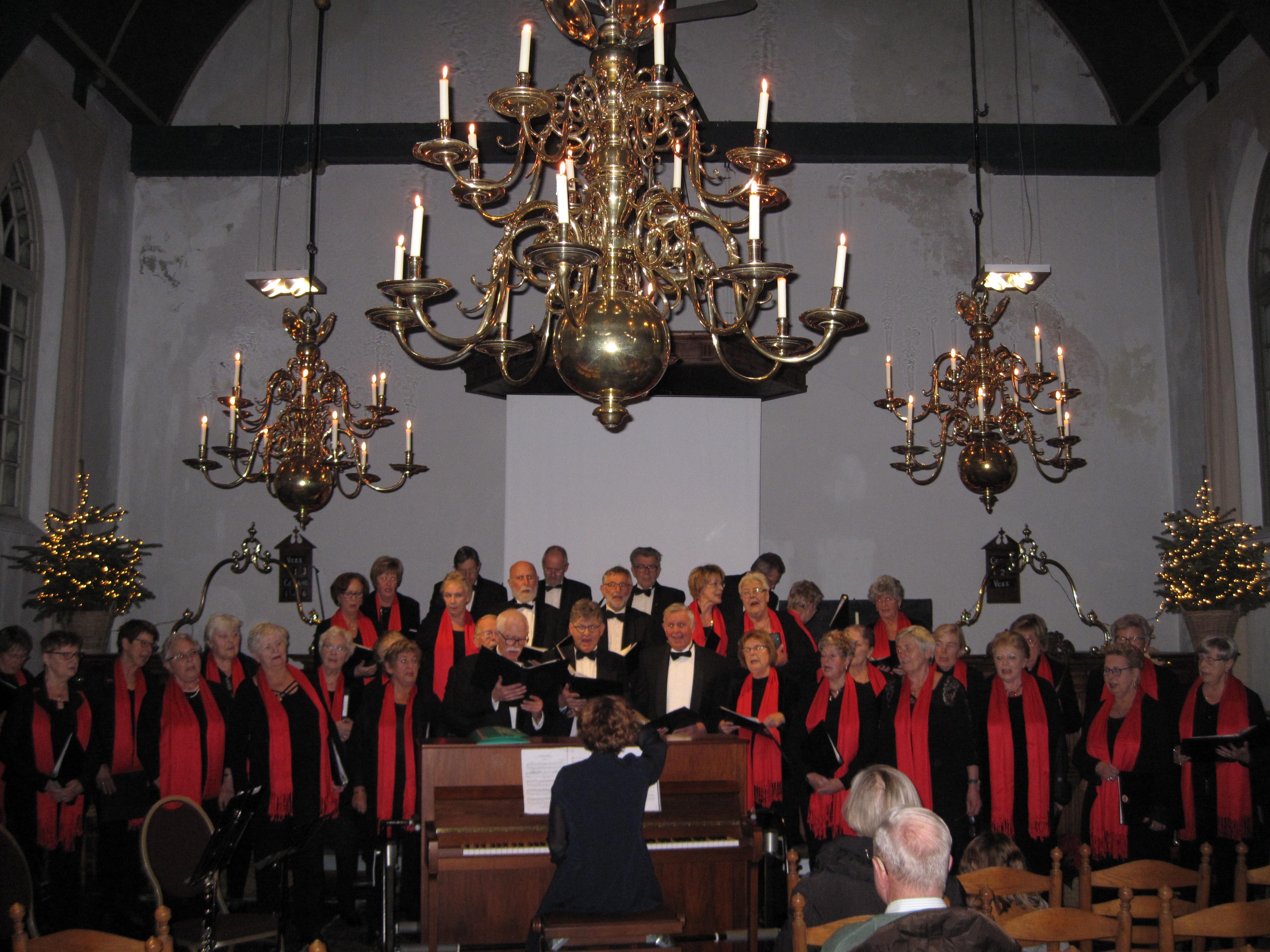 Voor de pauze gaan het koor Zang en Vriendschap en het Accordeonensemble variamuziek laten horen die bij Kerstmis past. (Foto: Jisperkerk)