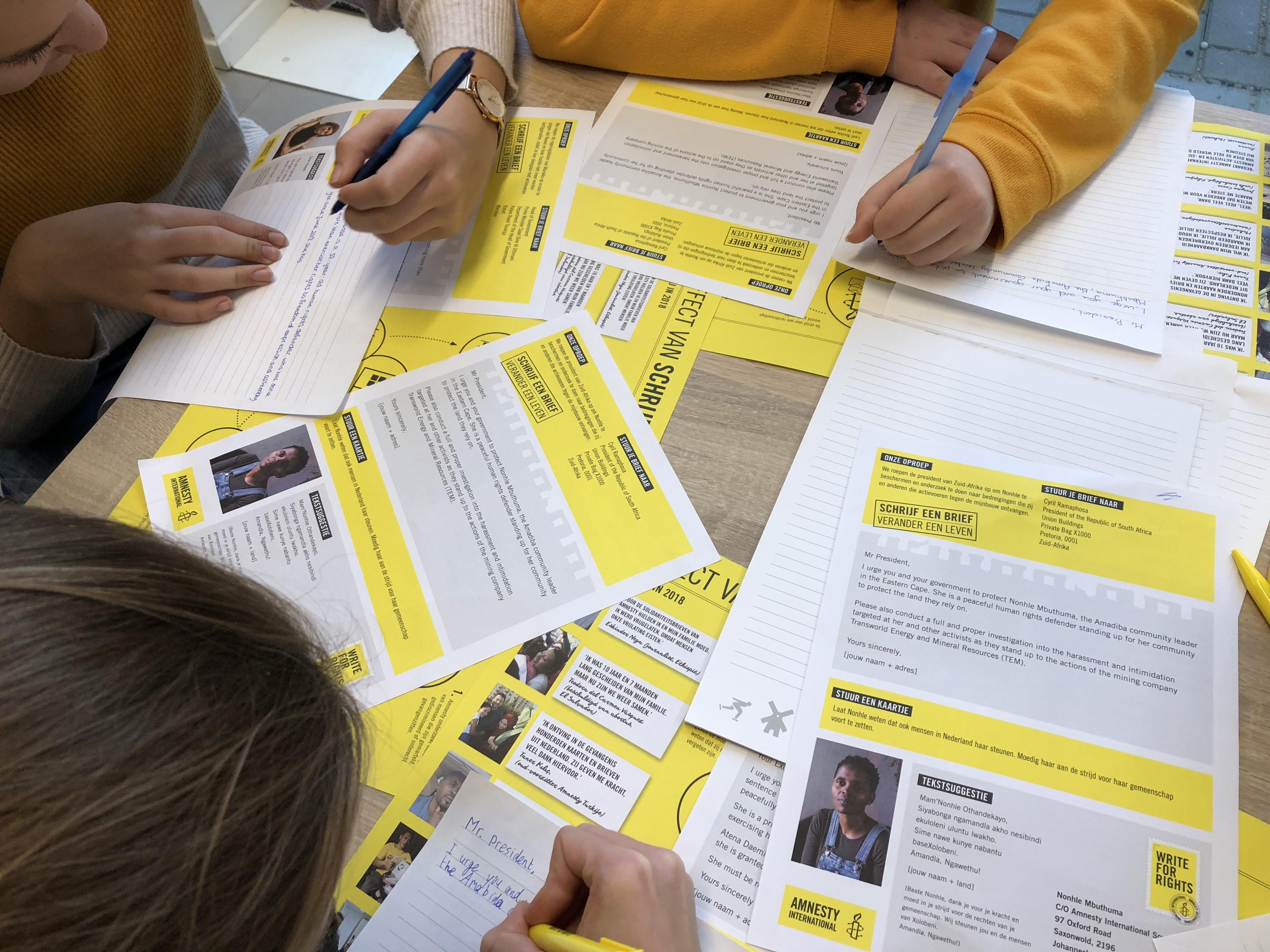 Leerlingen van Tabor College Werenfridus deden maandag mee aan de actie Write for rights van Amnesty International. (Foto: Merel de Nijs)