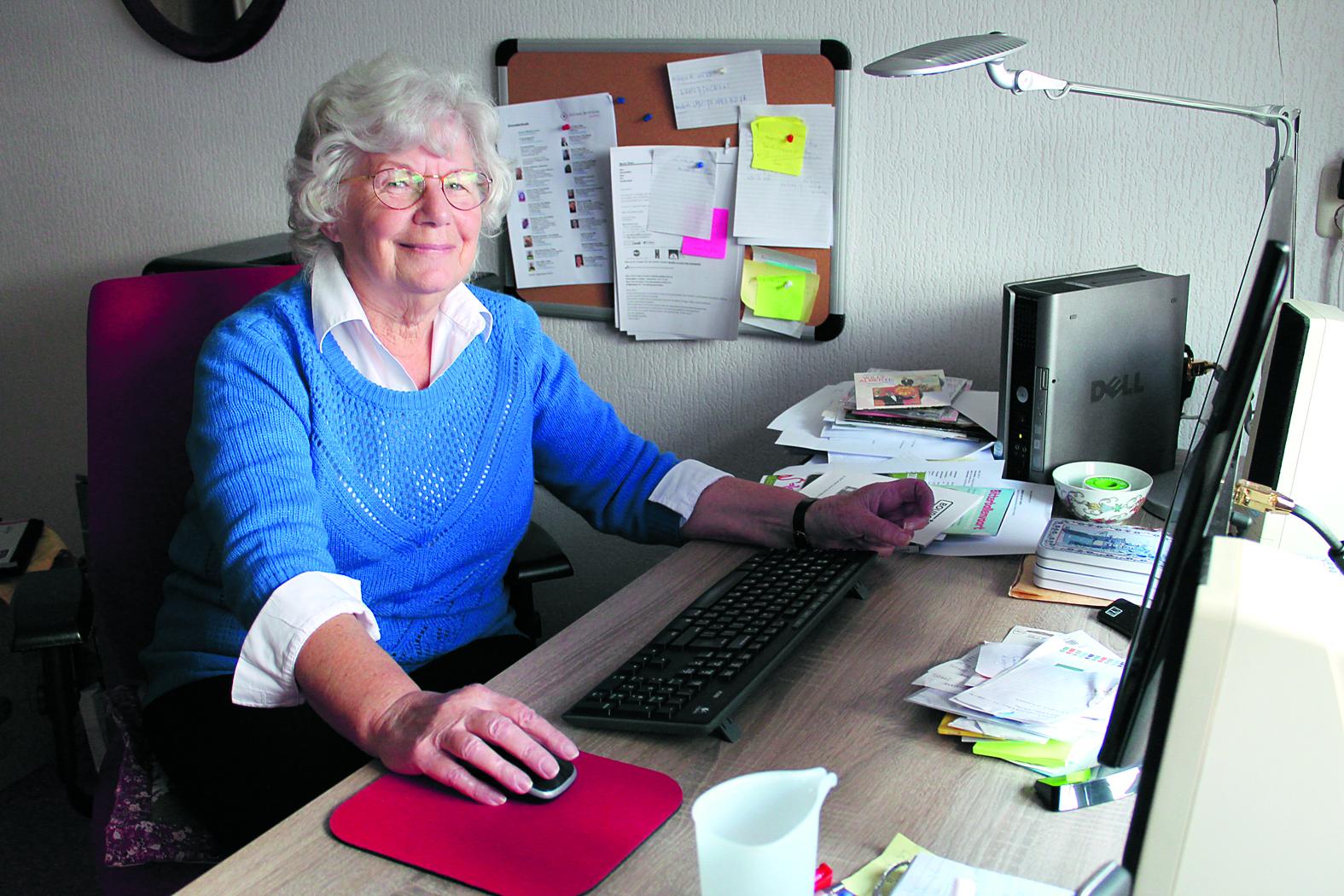 """Maria Deen achter de computer in haar werkkamer. """"Ik zit soms tot half twaalf 's avonds te werken om alles te regelen"""". (Foto: Rodi Media/John Bontje)"""