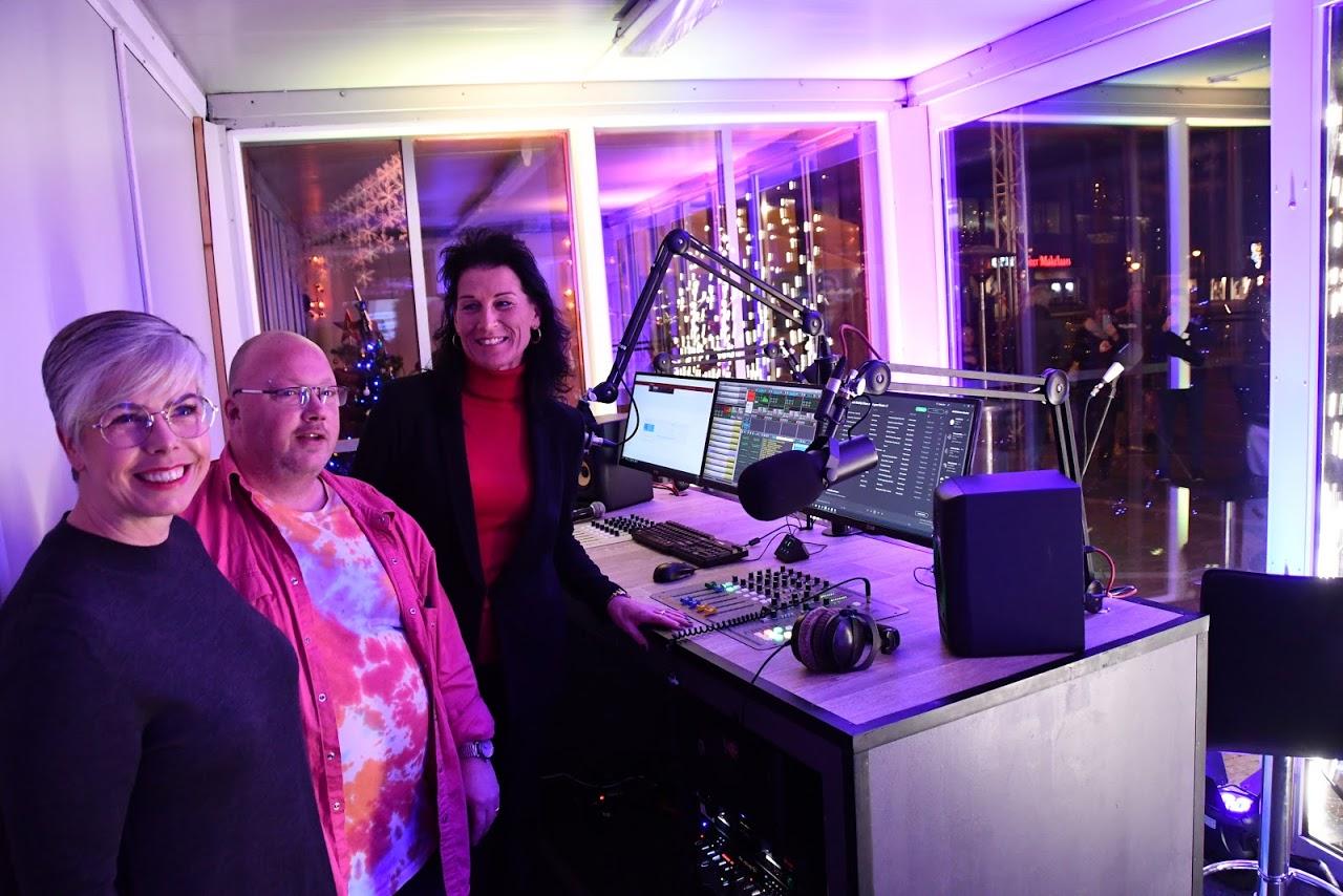 Wethouder Marieke van Dijk, radiomaker Erwin Simons en José Grit van StArt26. (FOTO: LEO TILLMANS)