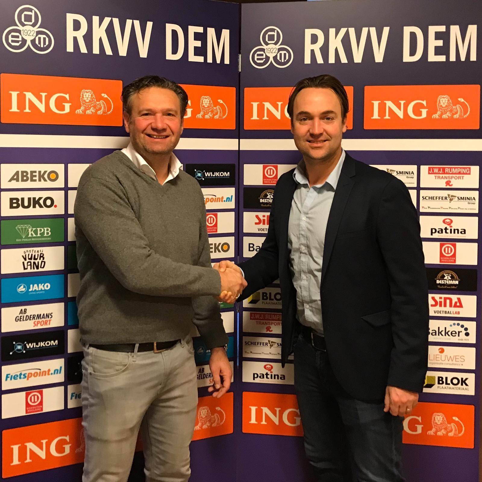Voorzitter Mark van de Ven (links) met trainer Arvid Smit. (FOTO: AANGELEVERD)
