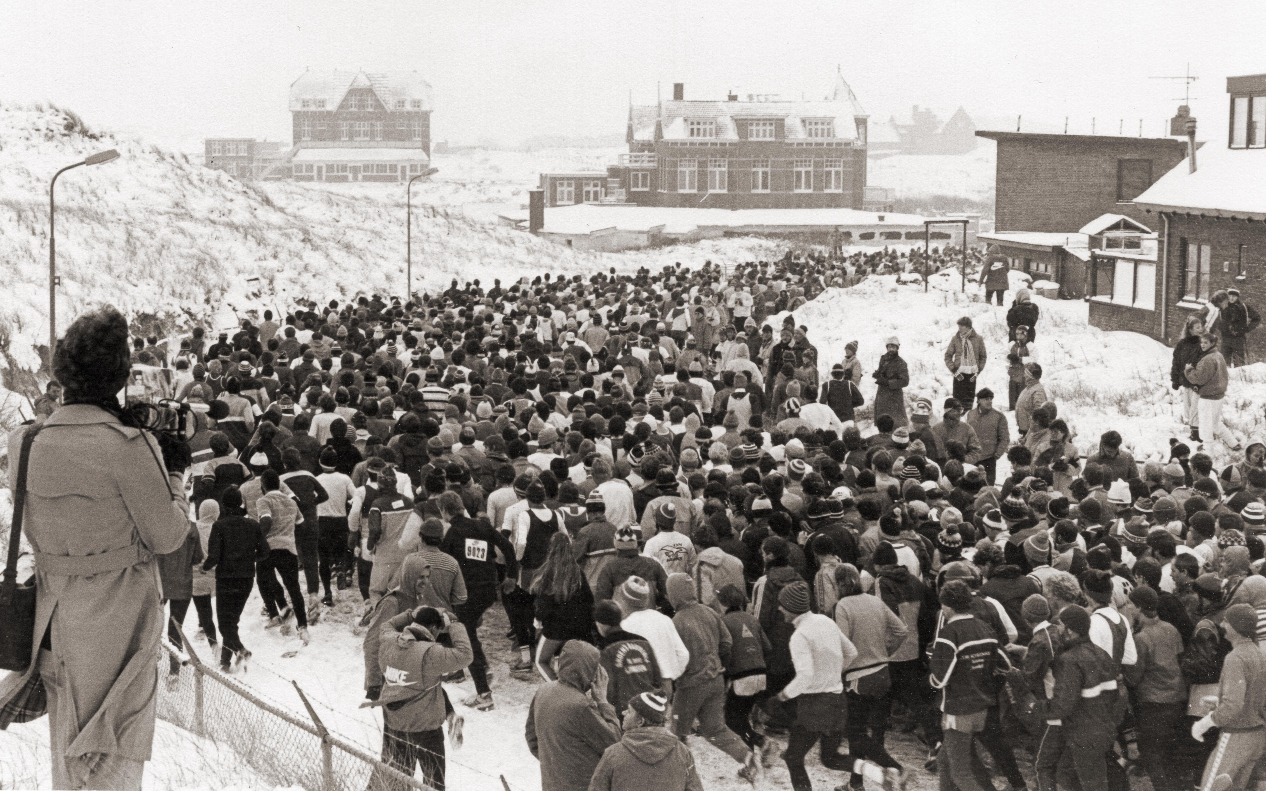 De start van de Halve Marathon van Egmond in 1985 (tekst Frits van Eck, foto André Heijm)