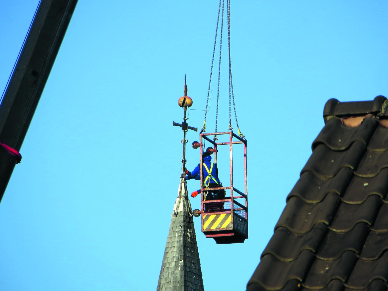 EGMOND AAN DE HOEF - 'In de ochtend van 13 december is de windwijzer van de kerktoren in Egmond aan den Hoef gehaald. Zo vlak voor de kerst is het vreemd dat ze een haan willen gaan serveren bij het kerstdiner. Of zal de haan weten te ontkomen? En na de kerstdagen weer stoer bovenop de spits van de