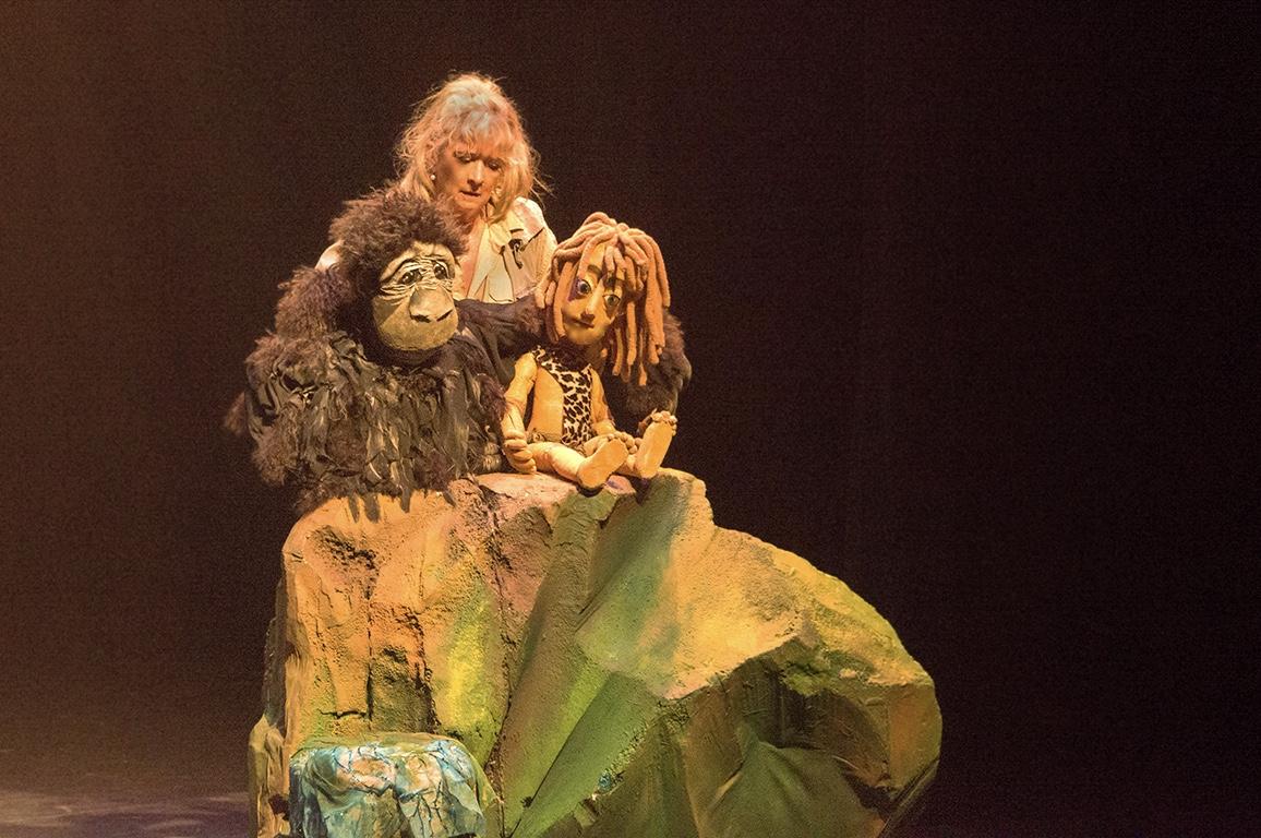 De poppen van Ilja van der Pouw stelen de show in de voorstelling Tarzan. (Foto: aangeleverd)