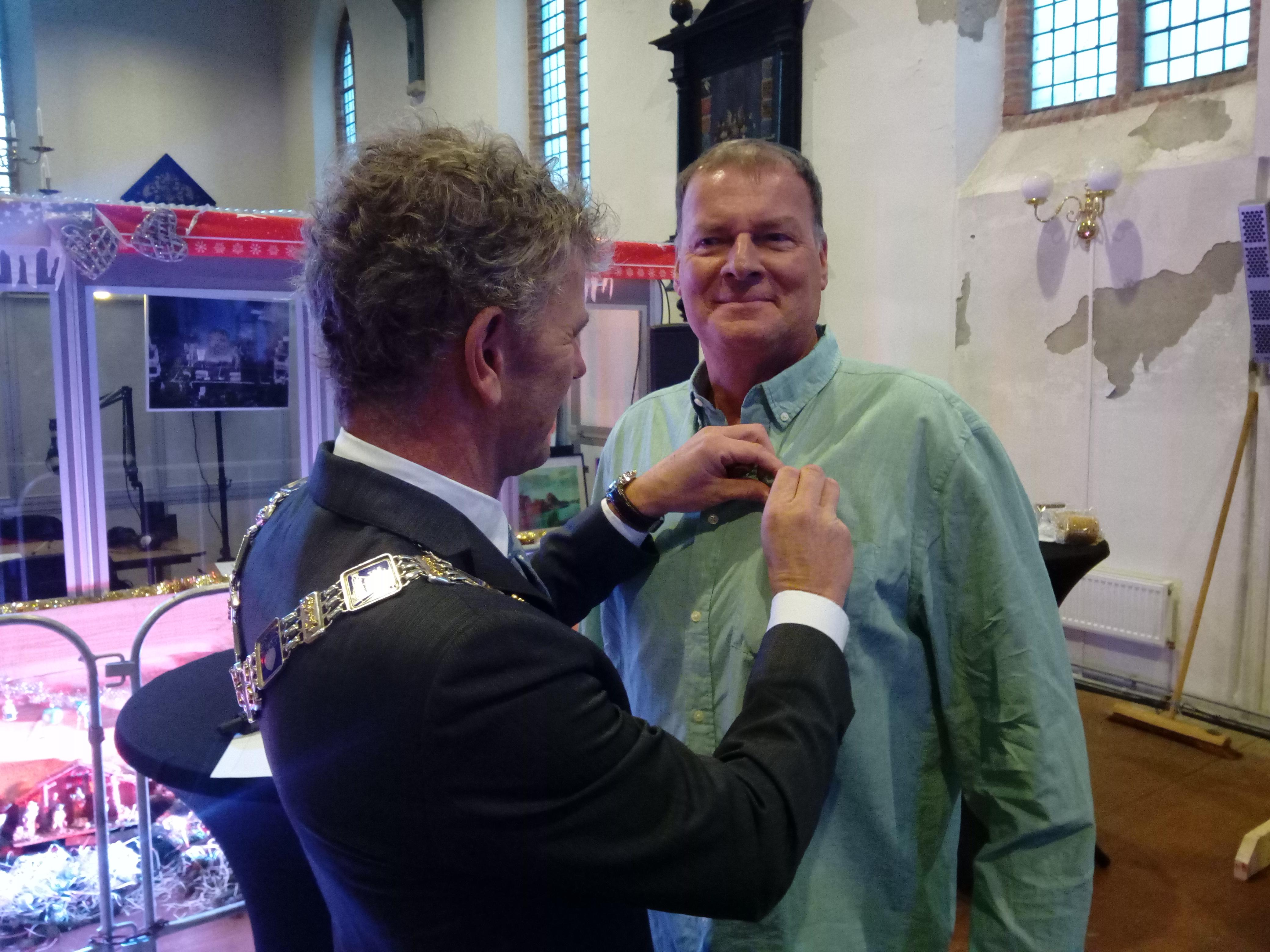 Burgemeester Martijn Smit reikte vorige week woensdagmiddag de Koninklijke onderscheiding aan Ab Jenema uit. (Foto: Bos Media Services)