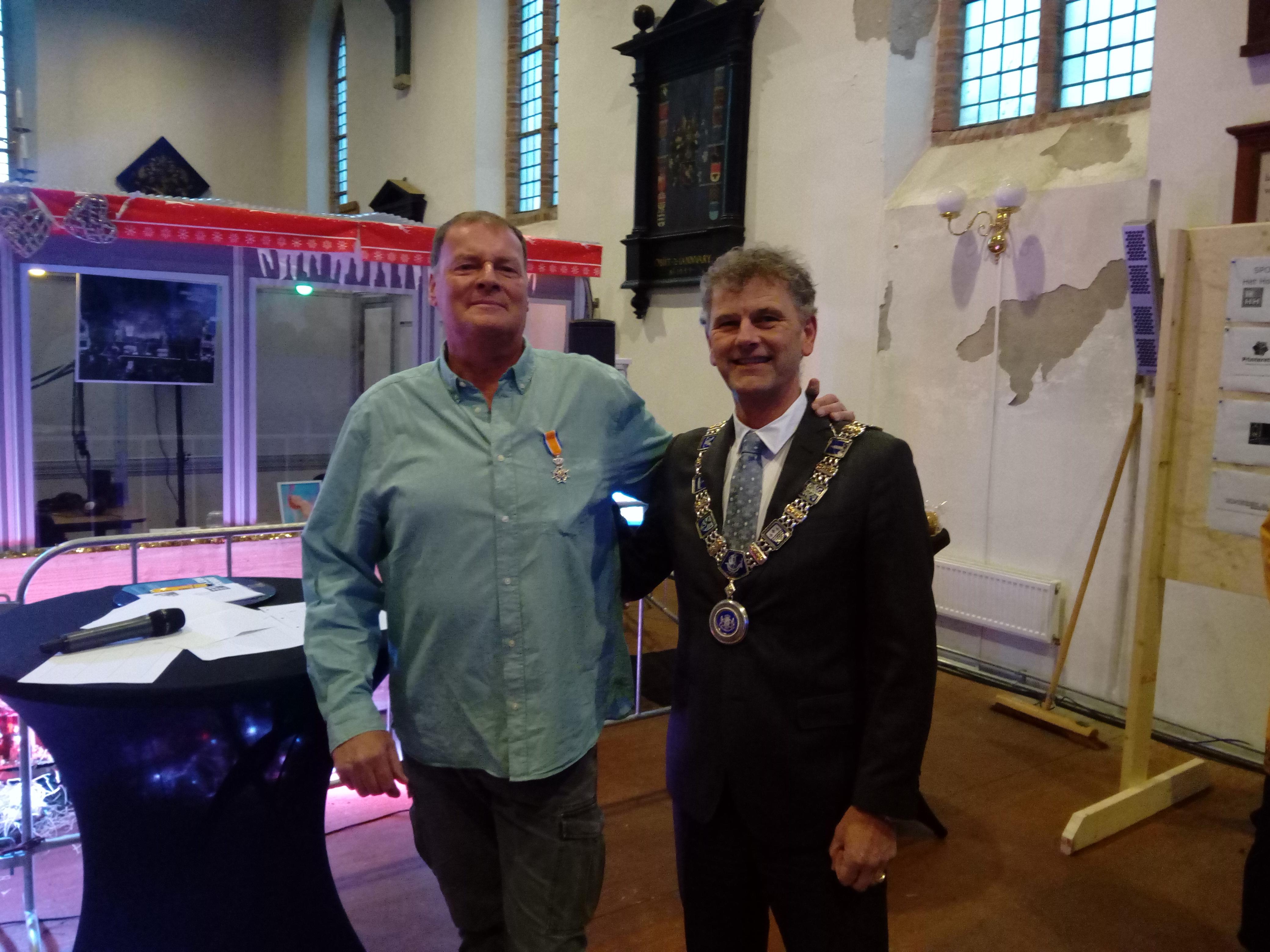 Burgemeester Martijn Smit reikte vorige week woensdagmiddag de Koninklijke onderscheiding aan Ab Jenema uit. (Foto: Bos Media Services) rodi.nl © rodi