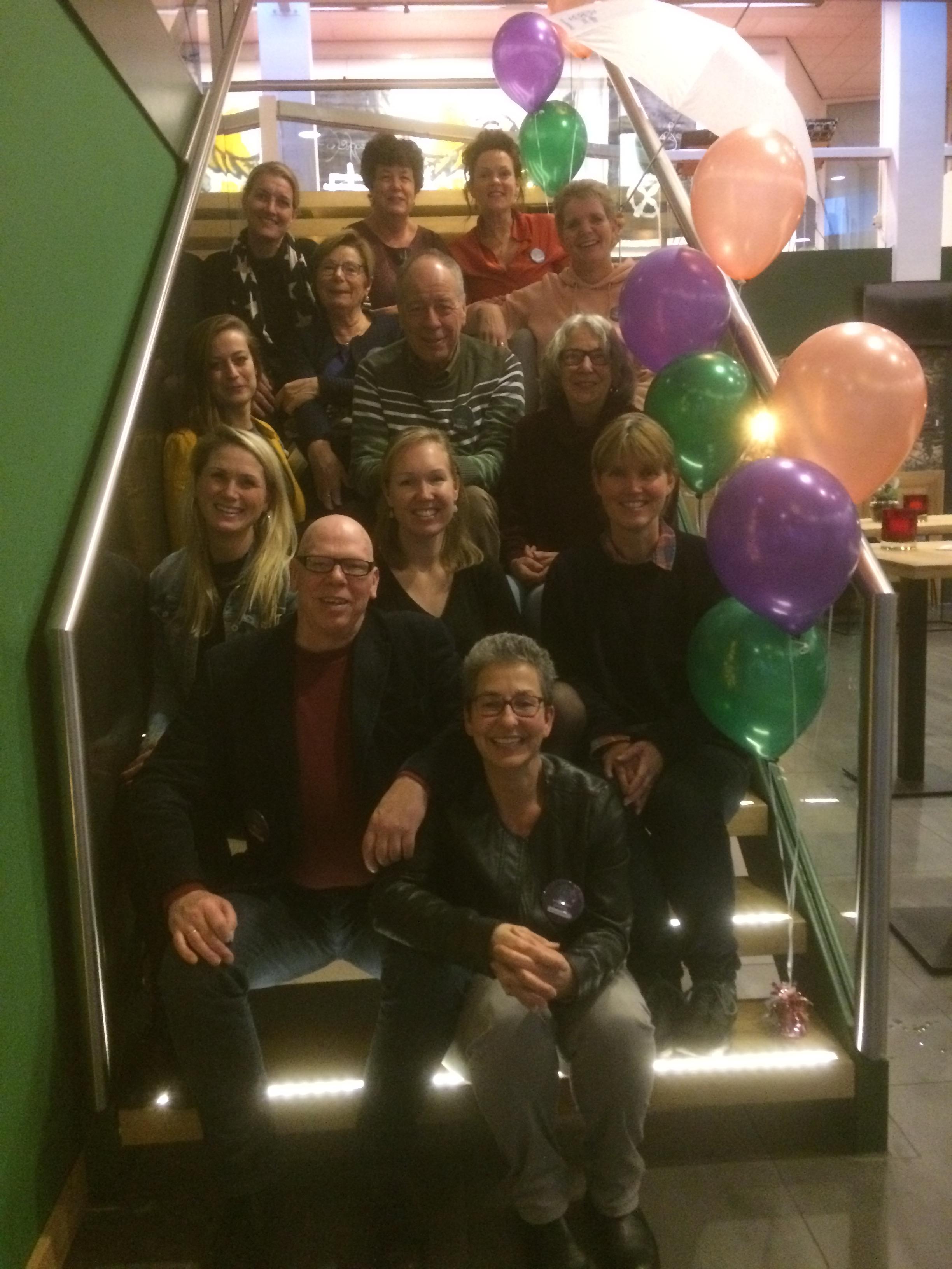 Het team van We(l)doen IJmond deelde op 7 december al 330 paraplu's uit. (foto: aangeleverd)