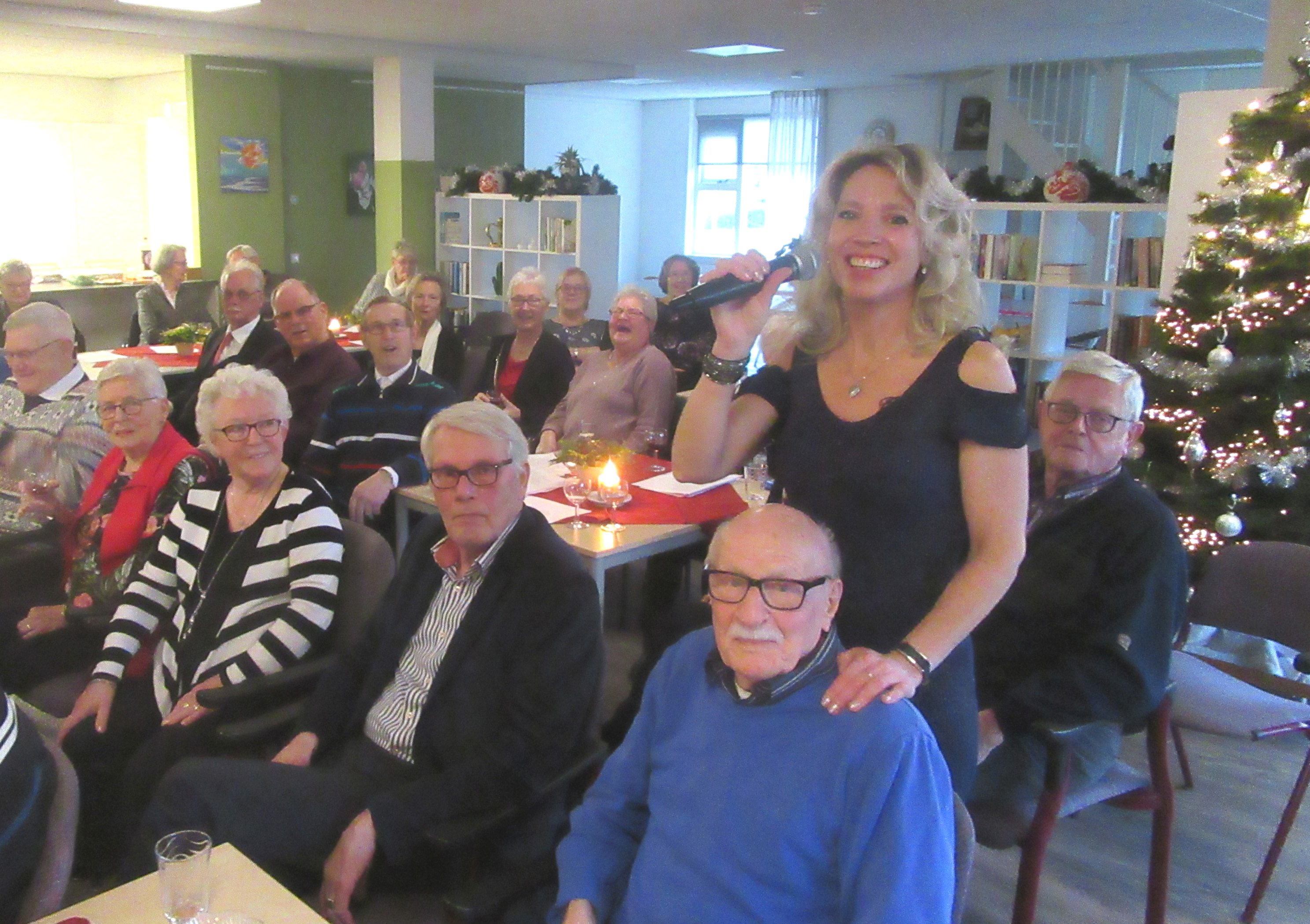 De zangeres neemt haar publiek mee op een muzikale reis. Zoals hier bij een seniorenclub in de kop van Noord-Holland. (Foto: Henk van Torenvlied)