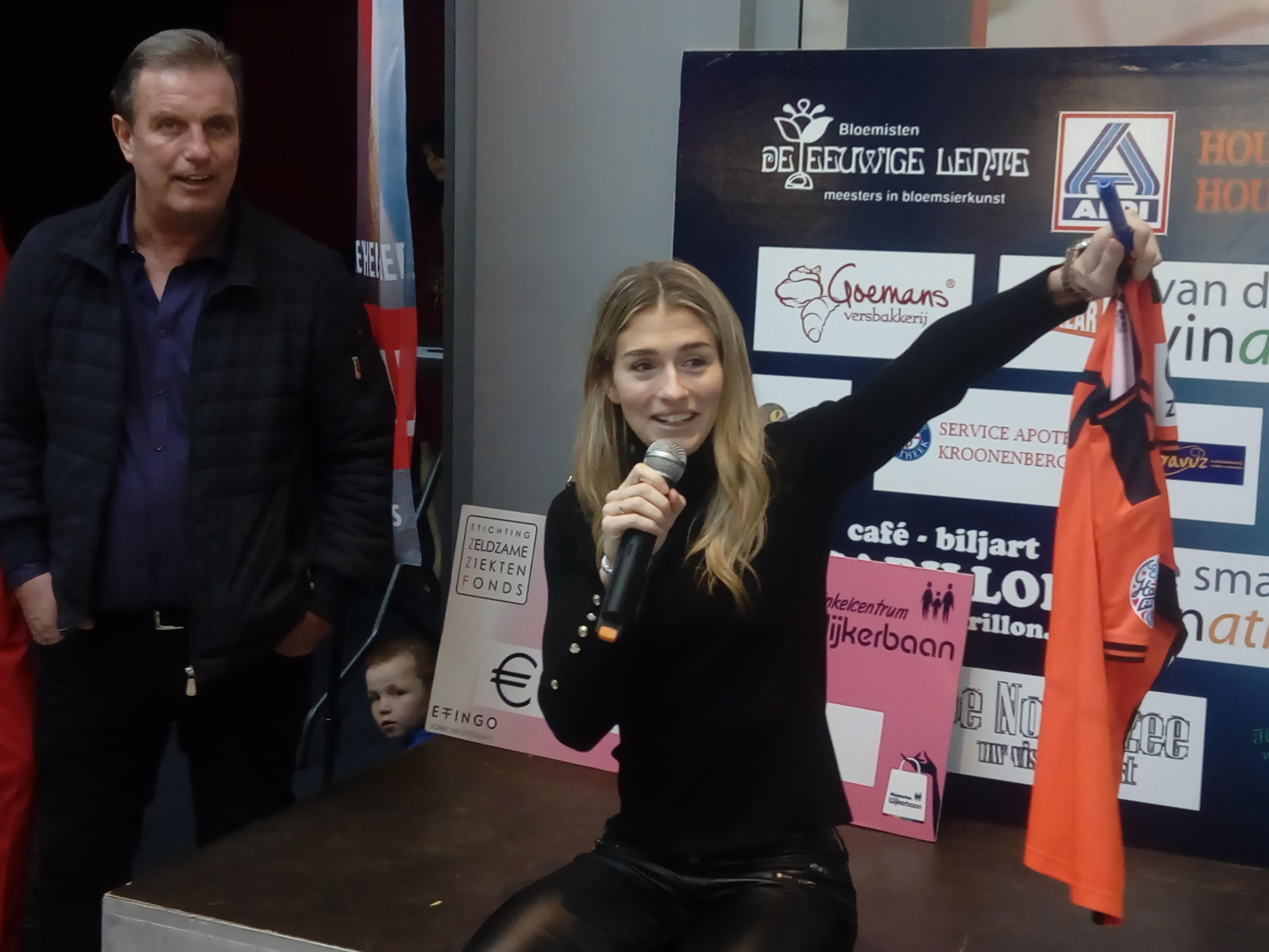Estavana Polman veilde zaterdagmiddag zelf het door haar gedragen shirt. (foto: Bos Media Services)