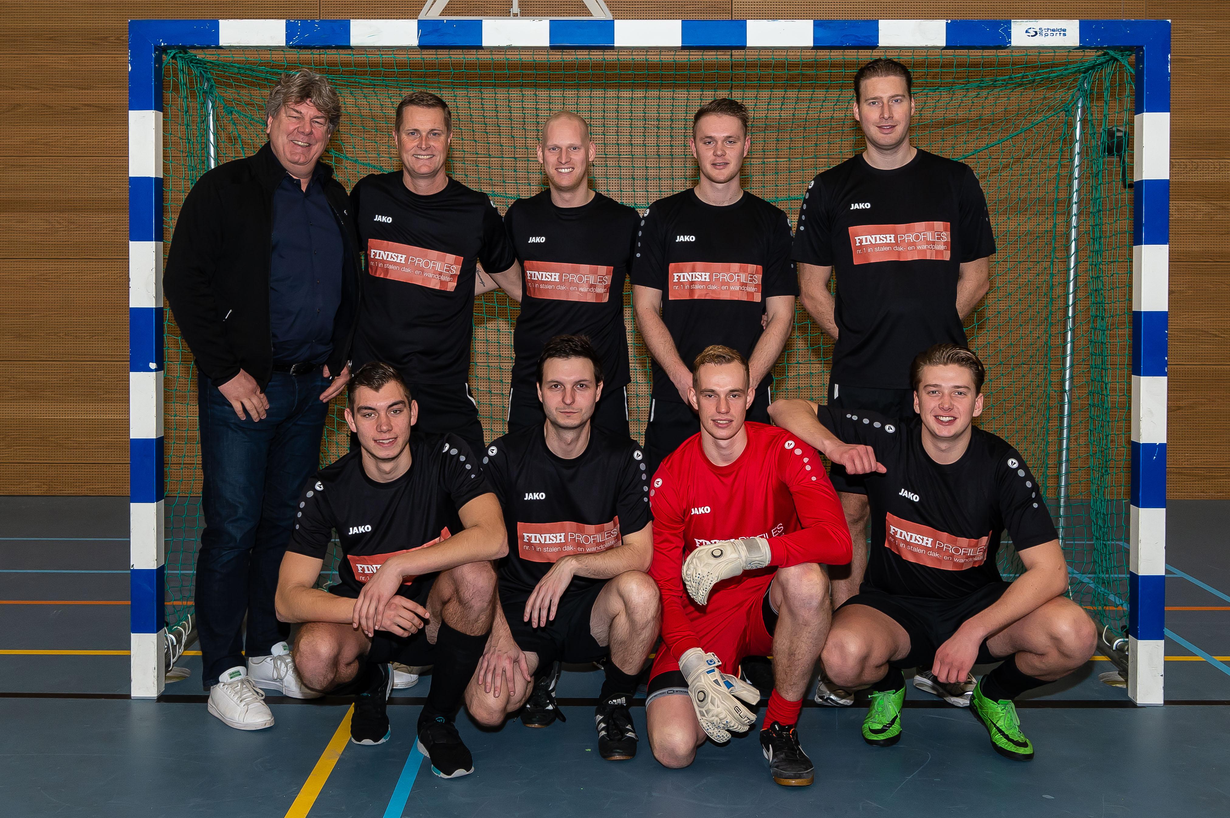 Het winnende team met de Finish Profiles Cup. (Foto: Han Giskes) rodi.nl © rodi