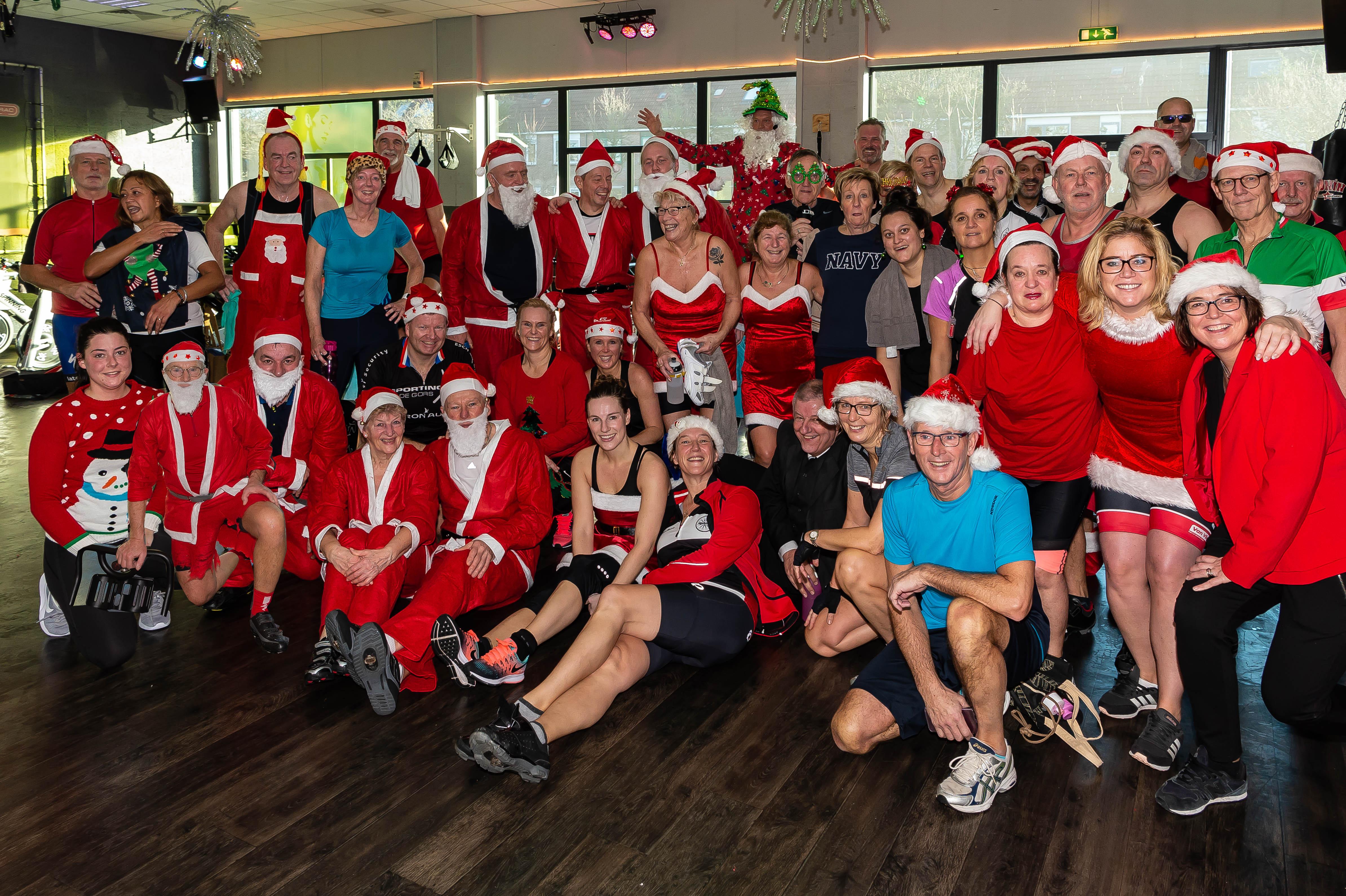 Iedereen was in kerstsfeer gekleed. Een deelnemer verscheen zelfs in driedelig kostuum. (Foto: Han Giskes)
