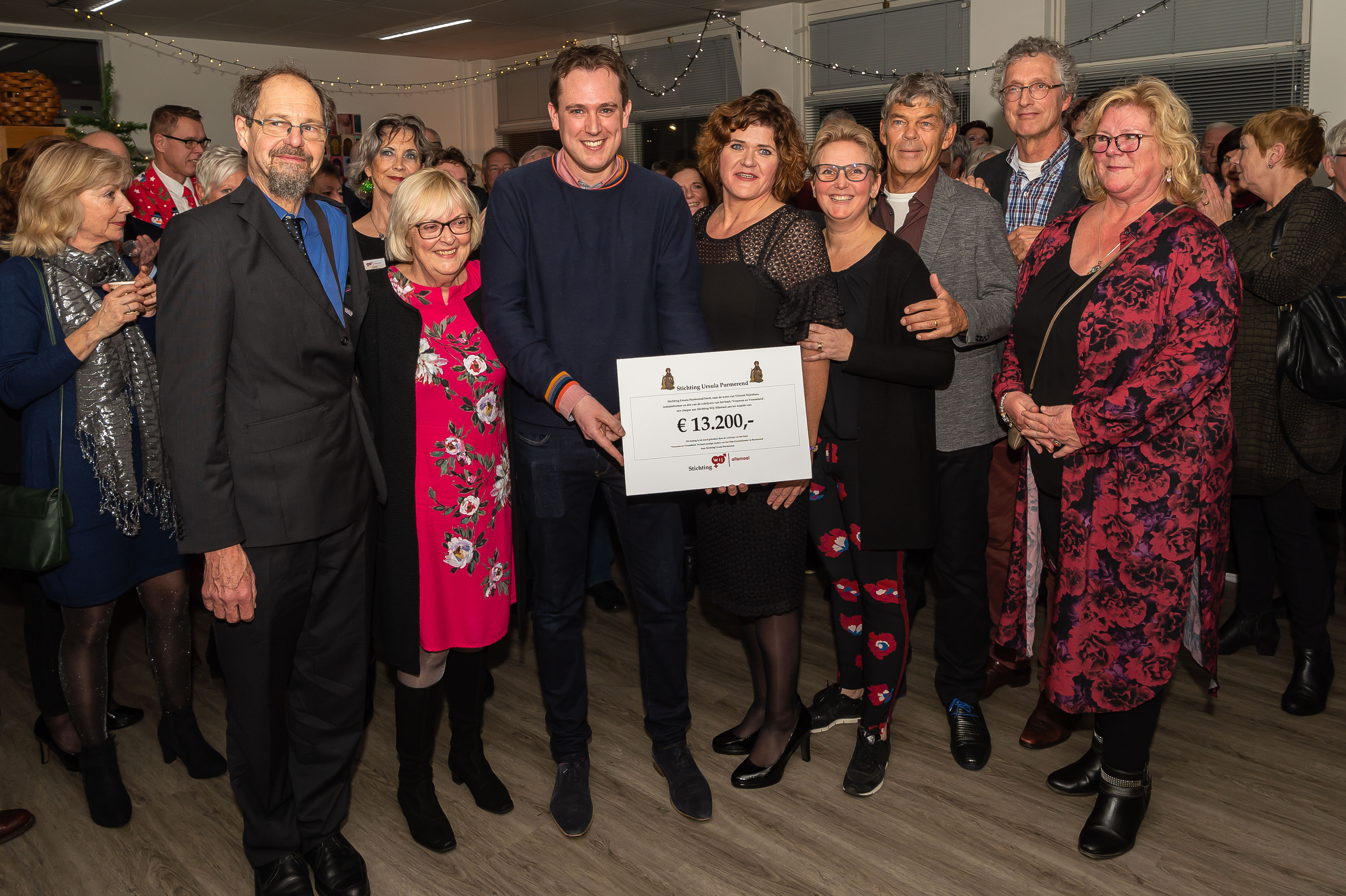 Uit naam van Stichting Ursula konden Geoffrey Nijenhuis en zijn moeder Marijke Nijenhuis een cheque van maar liefst  € 13.200,-  schenken aan inloophuis Wij Allemaal. (Foto: Han Giskes)