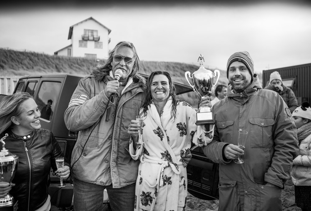 De duik van vorig jaar, met Jelte Tadema (links), Jeroen Klepper, en de winnares van de miss Hottest Cold Dive wisselbeker Jacky. (Foto: aangeleverd)