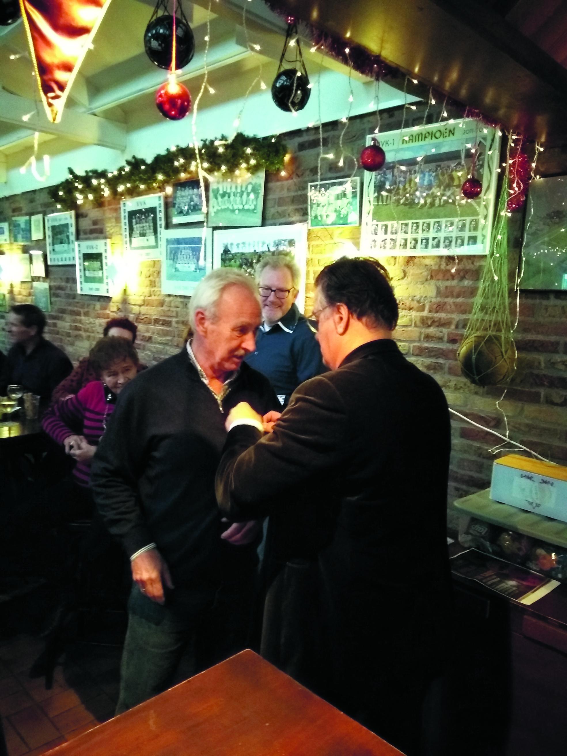 Aad Stam is zestig jaar lid van Vv Knollendam. Daarvoor kreeg hij op nieuwjaarsdag uit handen van voorzitter George Zwart de bijbehorende speld. (Foto: Bart van der Laan)