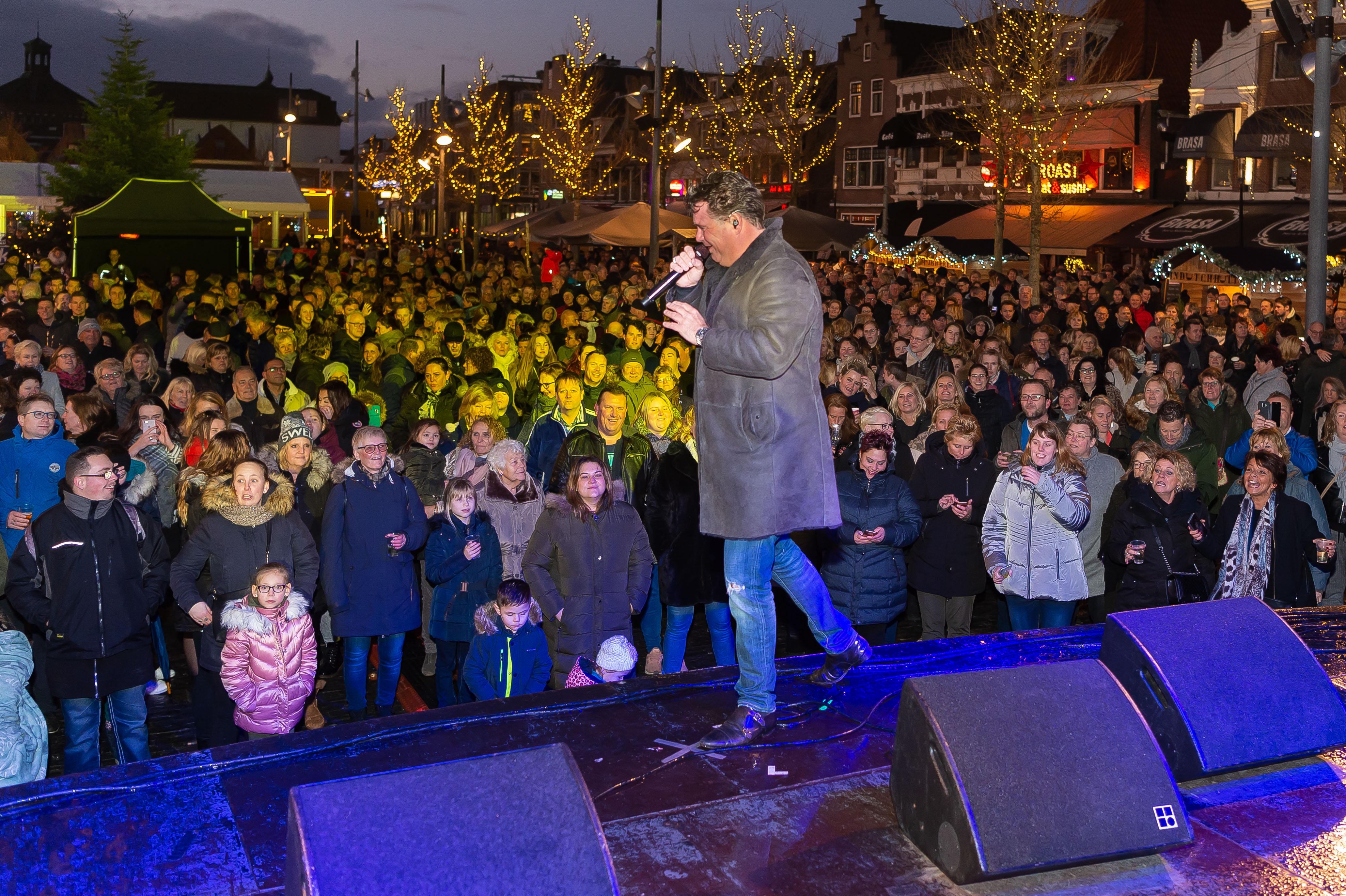 Wolter Kroes keerde na jaren terug op de Koemarkt. De meeste bezoekers van 'Purmerend wenst elkaar....' zongen zijn nummers van a tot z mee. (Foto: Han Giskes)