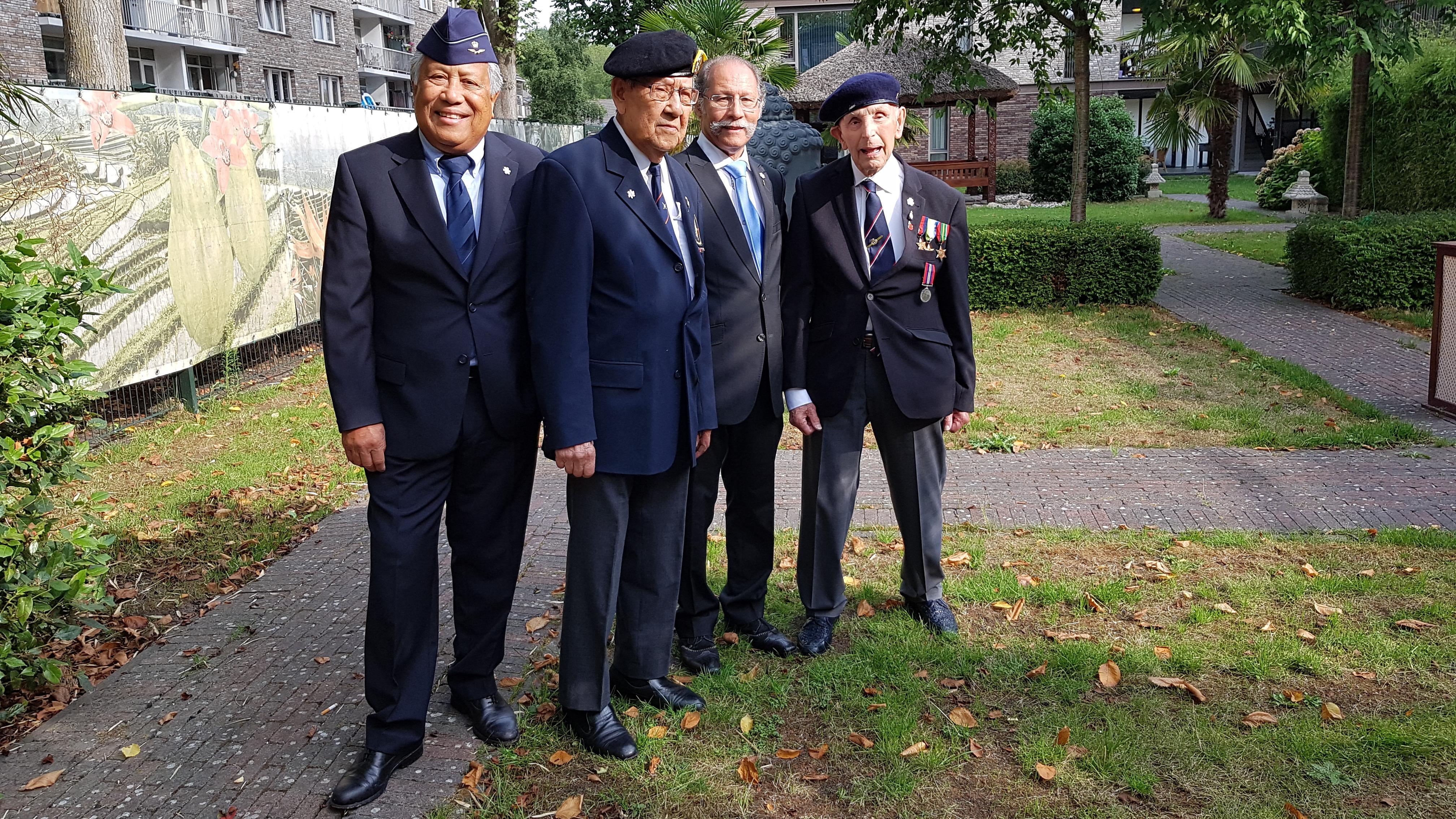 Bestuurslid SIOH Huultrich Landegent, veteraan Frits Rijnenberg, voorzitter SIOH Robin Gieseke en veteraan Harry Watson. (Foto: Rodi Media)