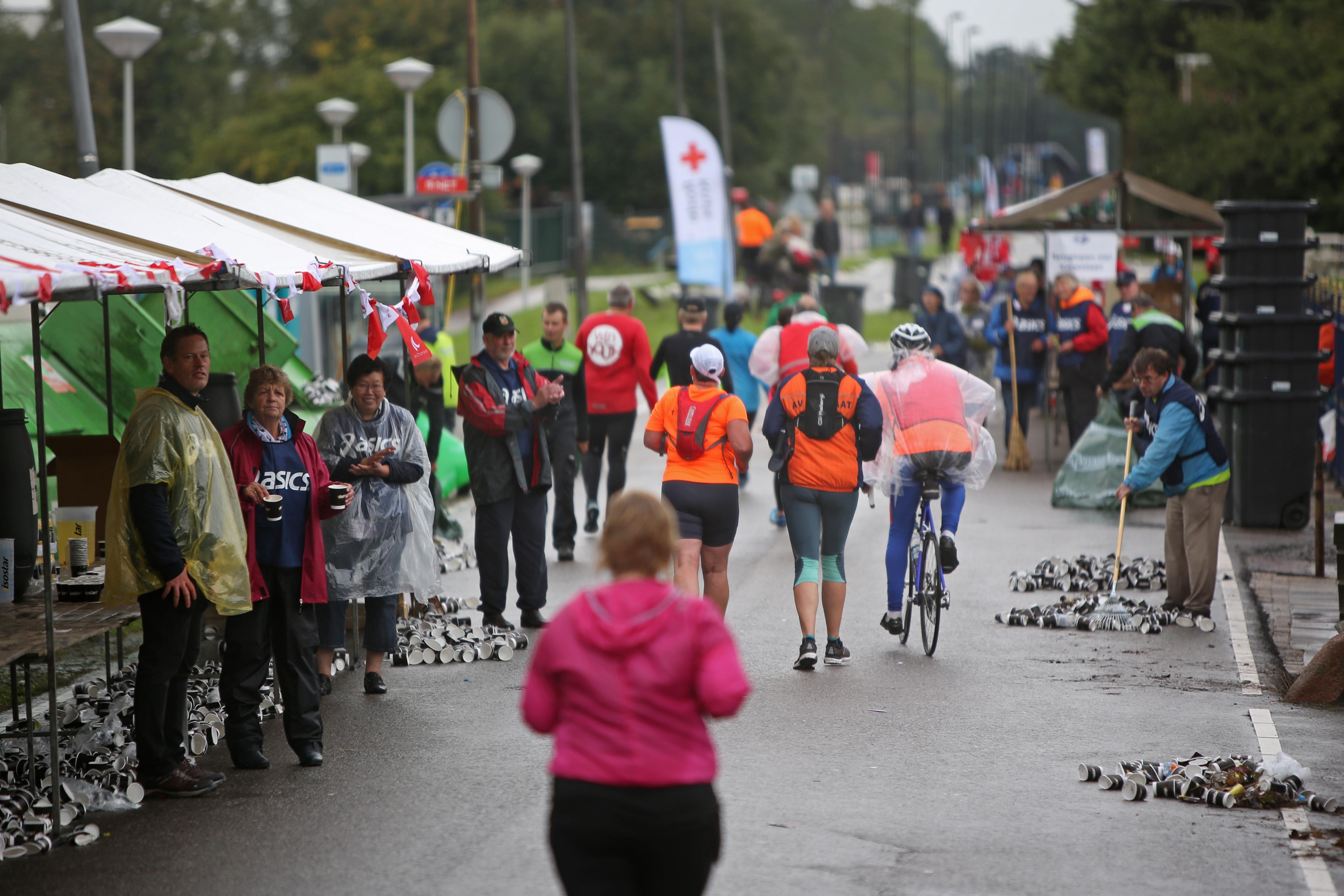 Toeschouwers moedigen achterhoede Damlopers aan op de Peperstraat in Zaandam. (Foto: Rowin van Diest) rodi.nl © rodi