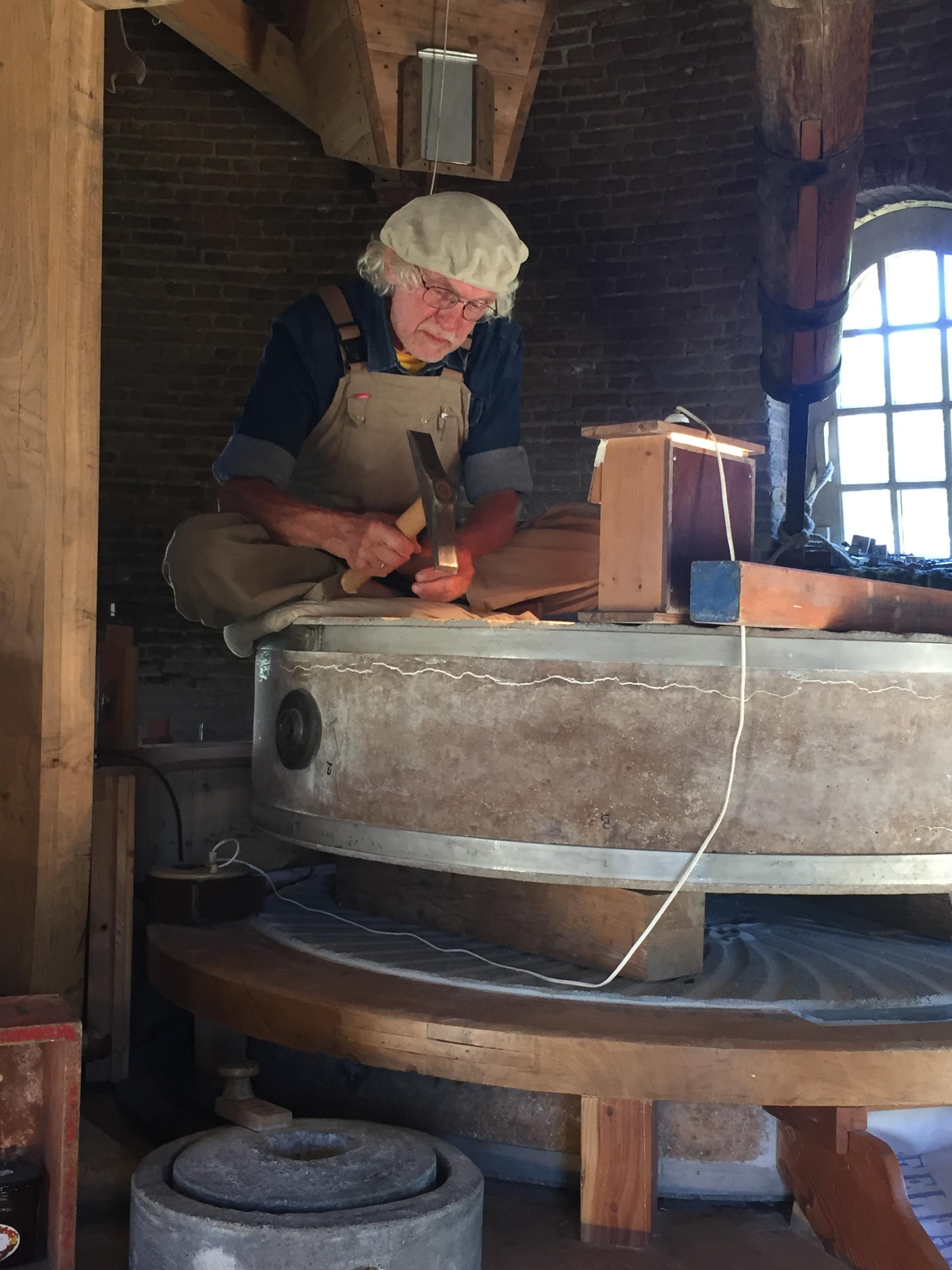 Molenaar Fred Prins legt de werking van de molen graag uit. (Foto: aangeleverd) rodi.nl © rodi