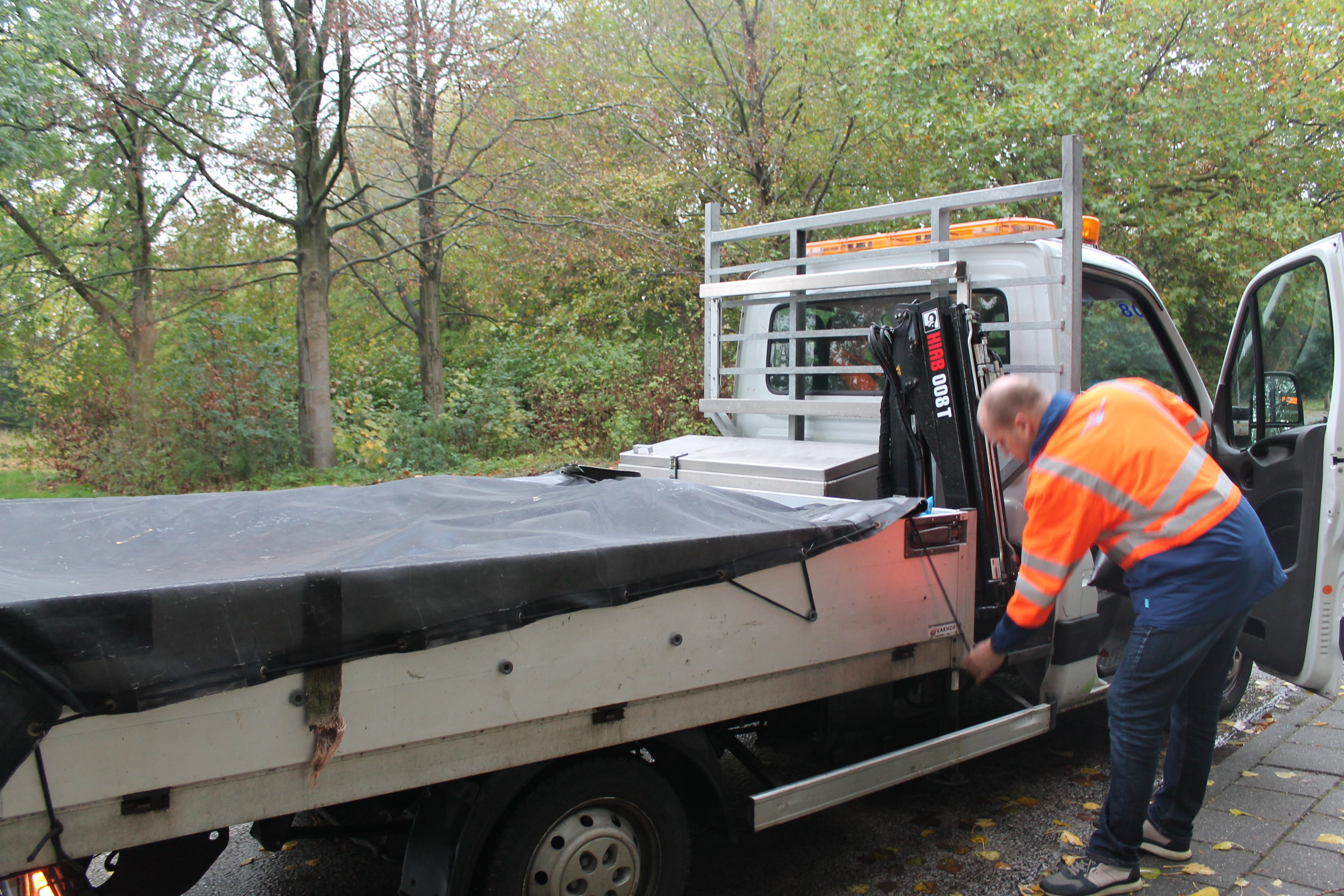 Robin Kraanwinkel en Alexander Kaars tijdens het legen van de afvalbakken.  (Foto: Rodi Media/SZ)  rodi.nl © rodi