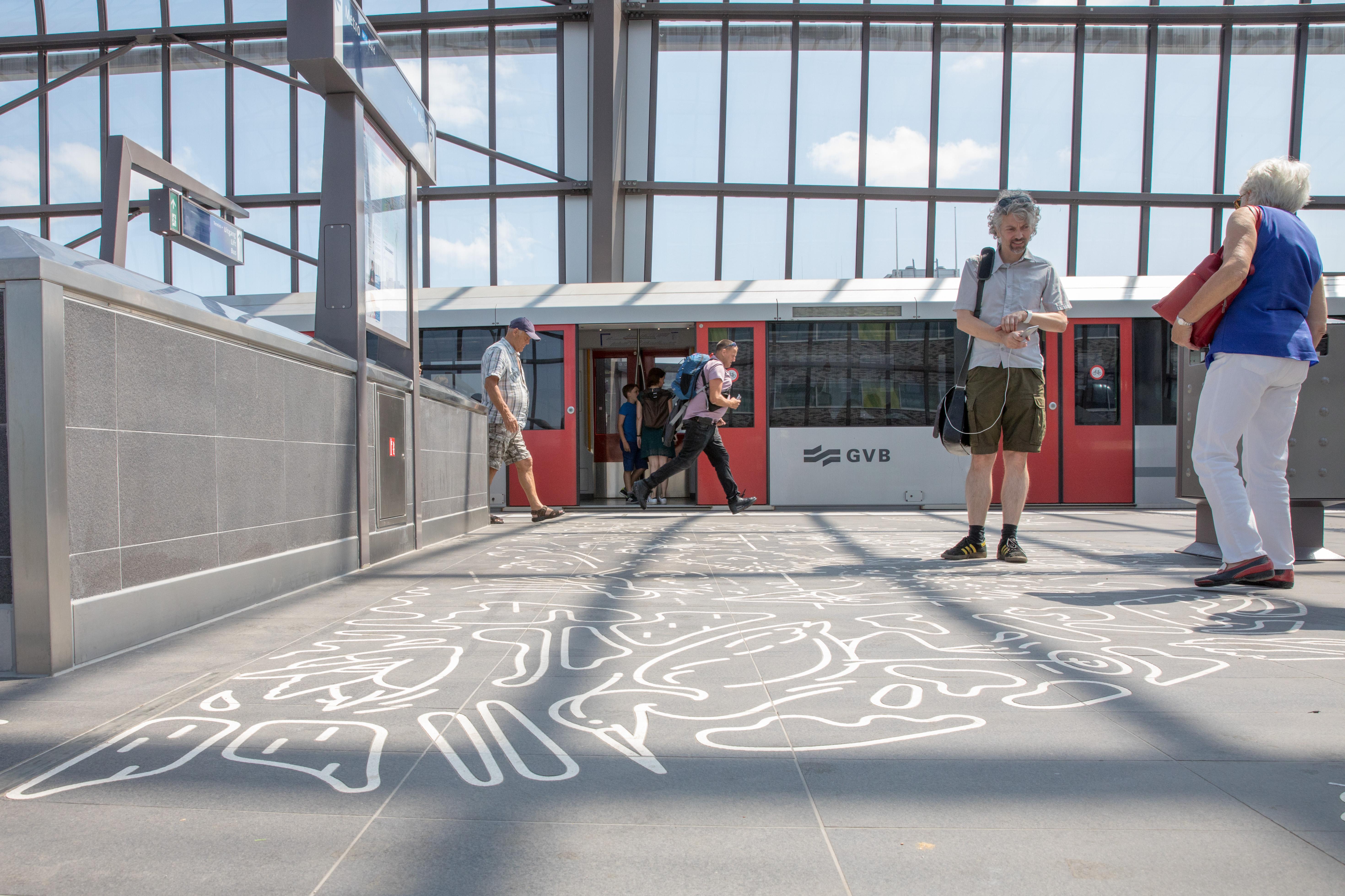 Tijdens de feestelijke opening van de Noord/Zuidlijn mochten mensen die zich vooraf hadden aangemeld gratis gebruikmaken van de nieuwe metro en waren op alle stations festiviteiten georganiseerd. (Foto's: Vincent de Vries/RM)   rodi.nl © rodi