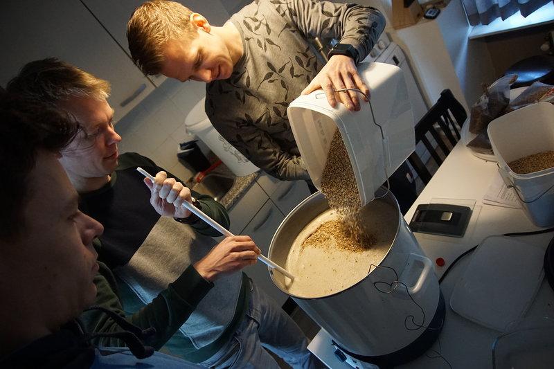 Deze vier vrienden besloten dat het een goed idee was om een eigen biertje te brouwen. (Foto: aangeleverd)  rodi.nl © rodi