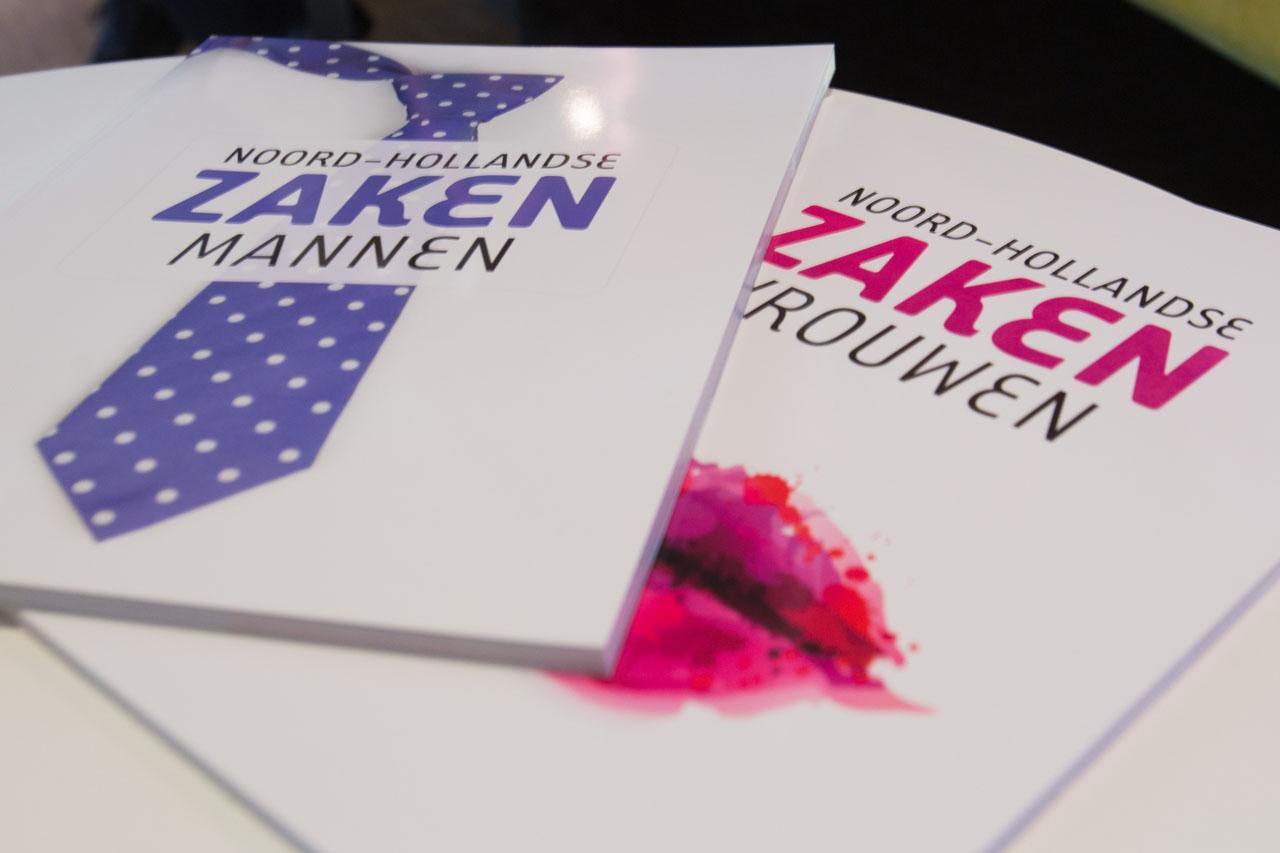 Karin Bloemen overhandigde de eerste exemplaren aan Ab (l) en Evert Schilder van art hotel Spaander. (Foto: Vincent de Vries / RM) rodi.nl © rodi