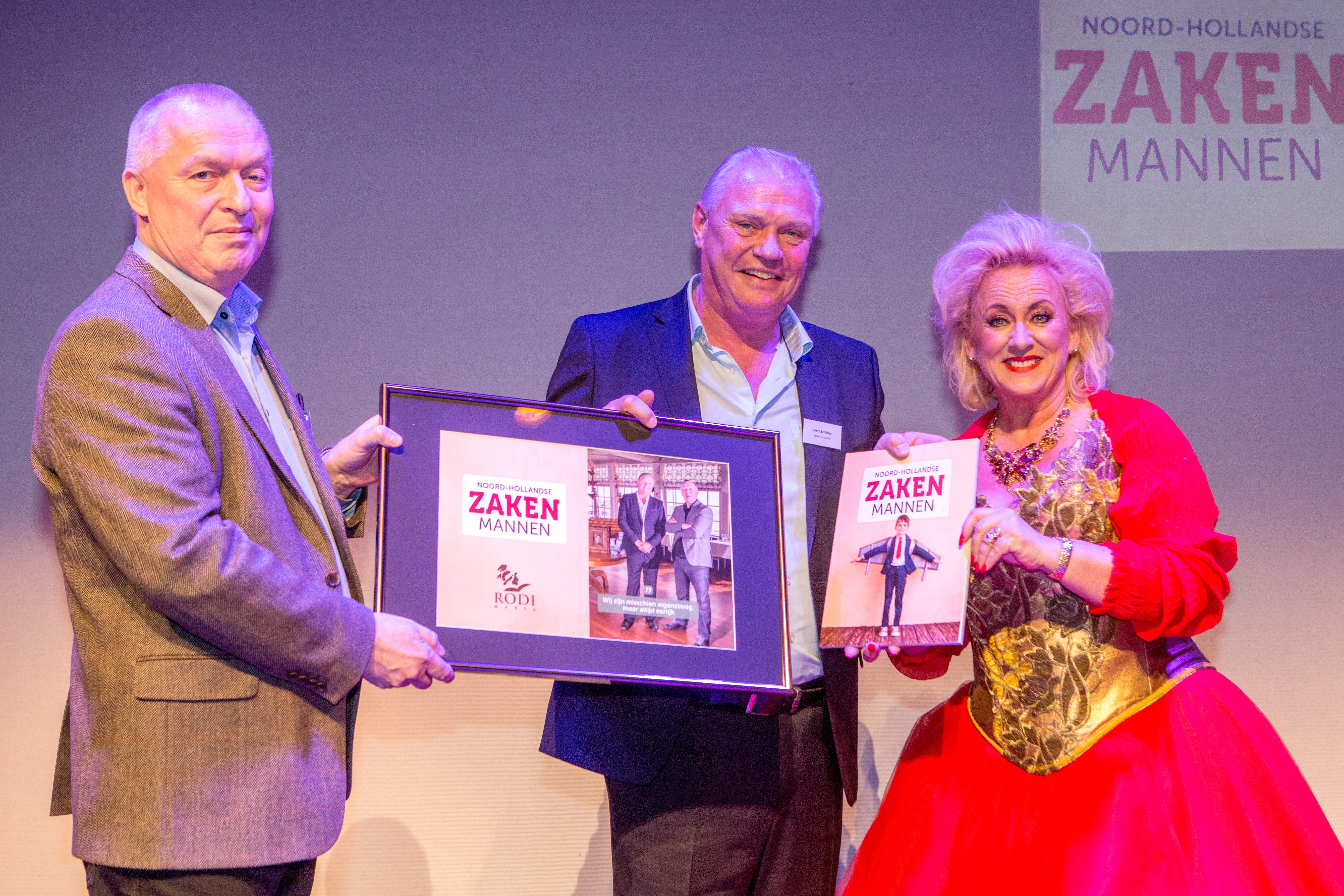 Karin Bloemen overhandigde de eerste exemplaren aan Ab (l) en Evert Schilder van art hotel Spaander. (Foto: Vincent de Vries / RM)