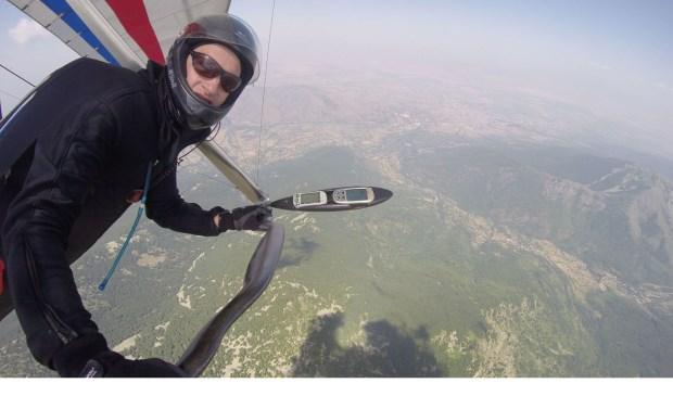 Sander tijdens het EK Deltavliegen boven Macedonië. Foto: Sander van Schaik