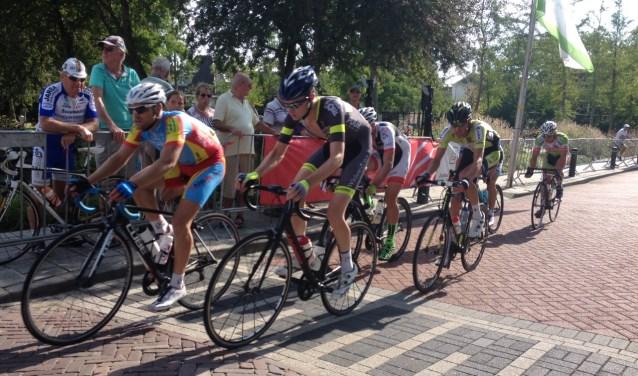 Aron Kremer aan de leiding in de zes man tellende kopgroep in de Ronde van Zuidland. Fotografie Peter de Jong.