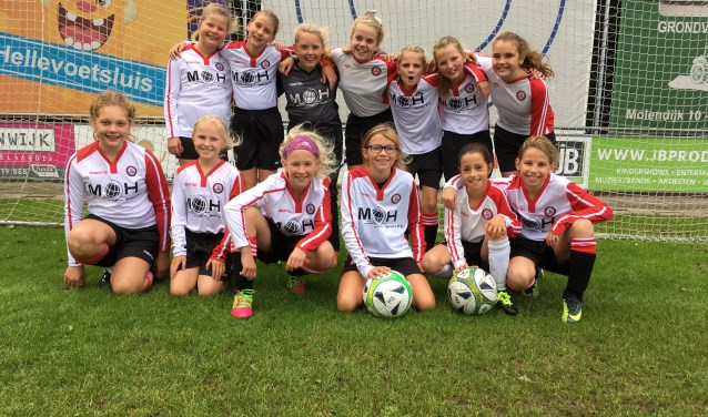 Het nieuwe meiden D-team op het Brielse Geuzenpark heeft zin in de competitie.